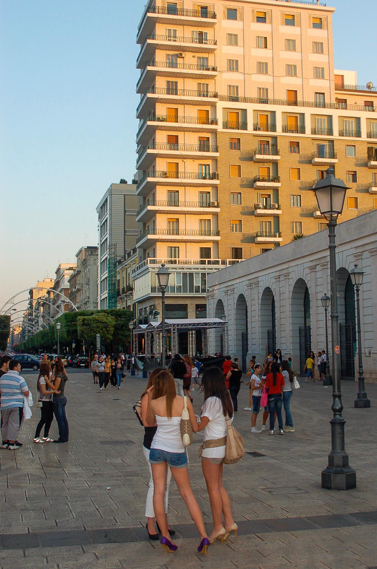 Junge Frauen in Bari genißen das Leben