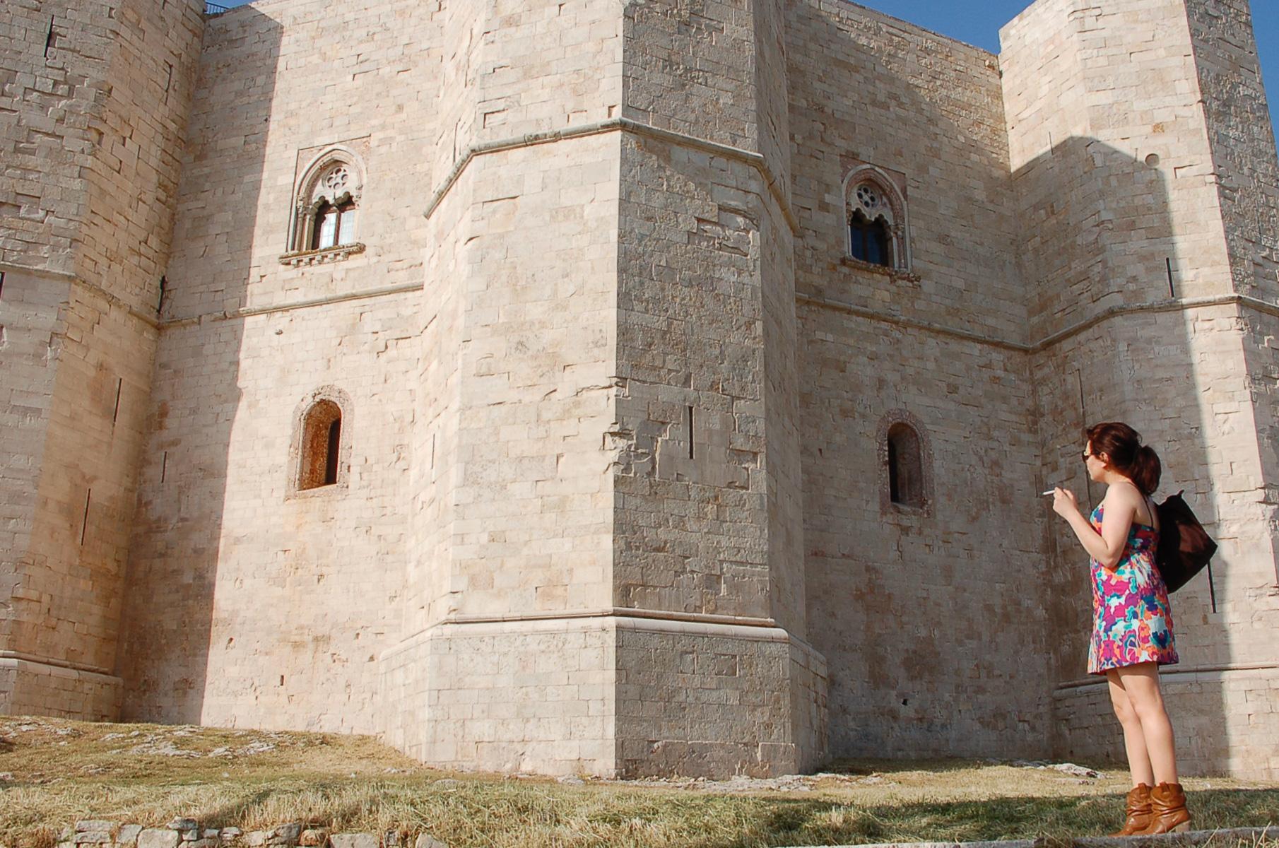 Eine rauchende Frau beim Castello del Monte, einer der Topsehenswürdigkeiten in Apulien
