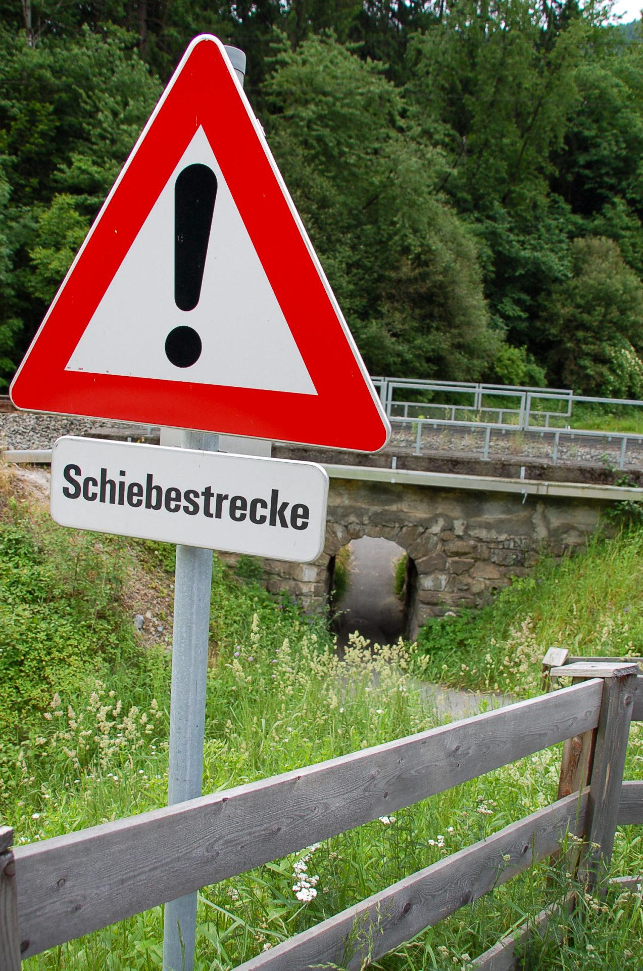 Schiebestrecke besagt ein Schil am Inntalradweg in Tirol