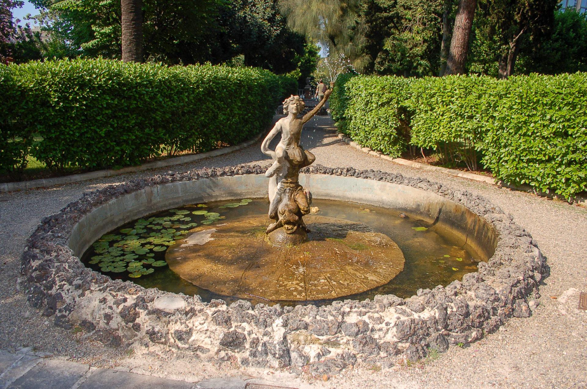 Ein Springbrunnen vor einem Landhotel in Apulien bei Bari
