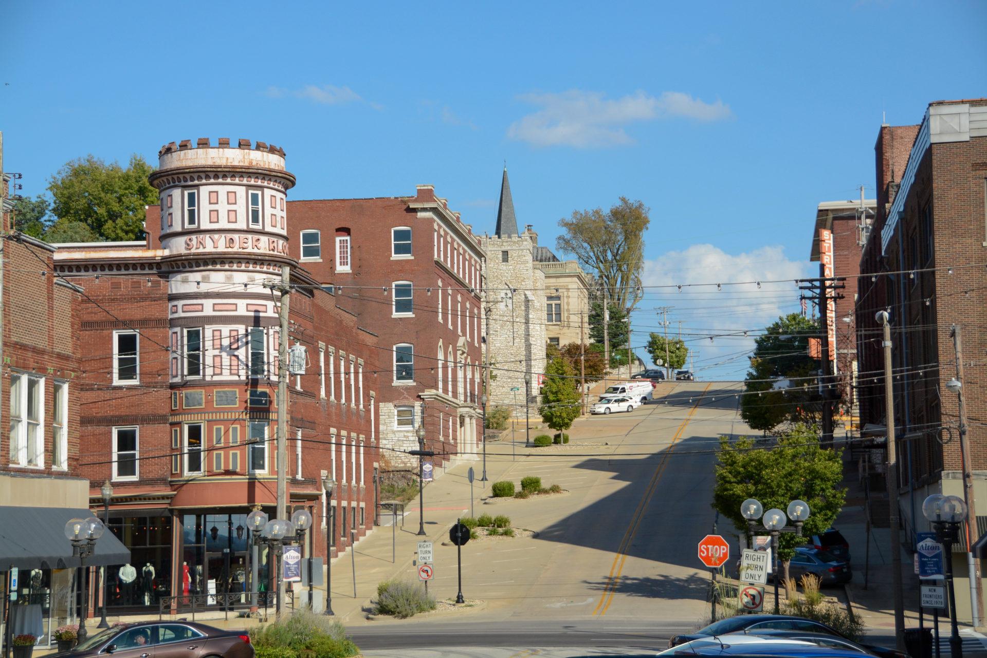 Stadtbild von Alton am Mississippi mit St. Anne Villen und Hügel