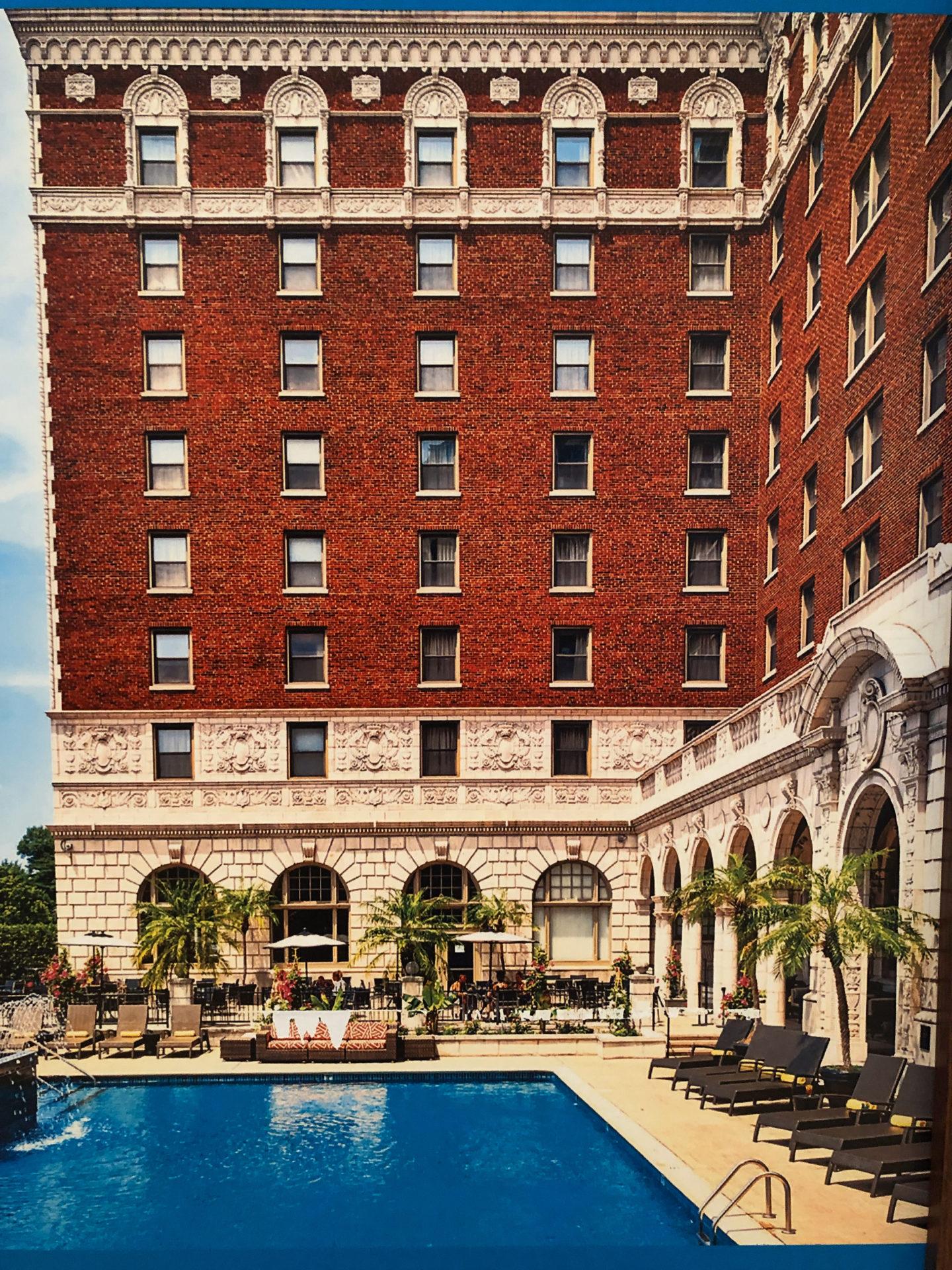 Das Luxushotel The Chase in Saint Louis mit Pool von Außen ist Grandhotel Amerika