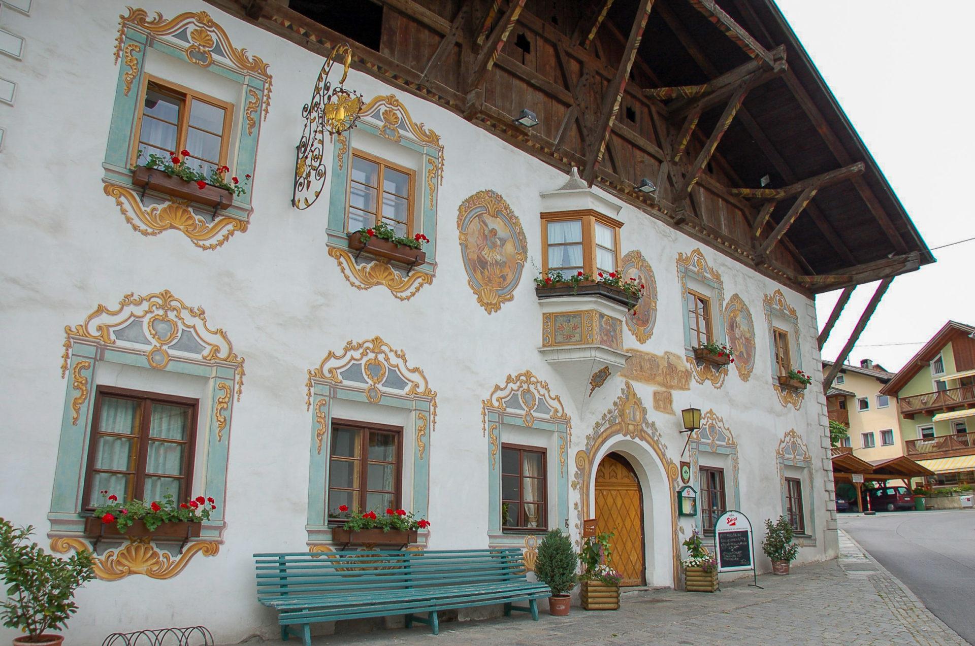 Traditionelle Häuserfassade am Inntalradweg, der ein überschaubares Höhenprofil besitzt