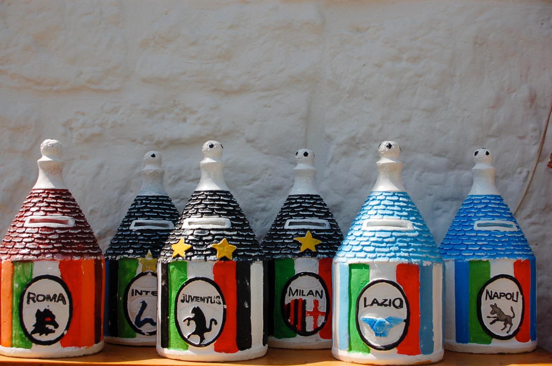 Trulli in Apulien gibt es auch als Spardosen mit den Logos der italienischen Fußballverein