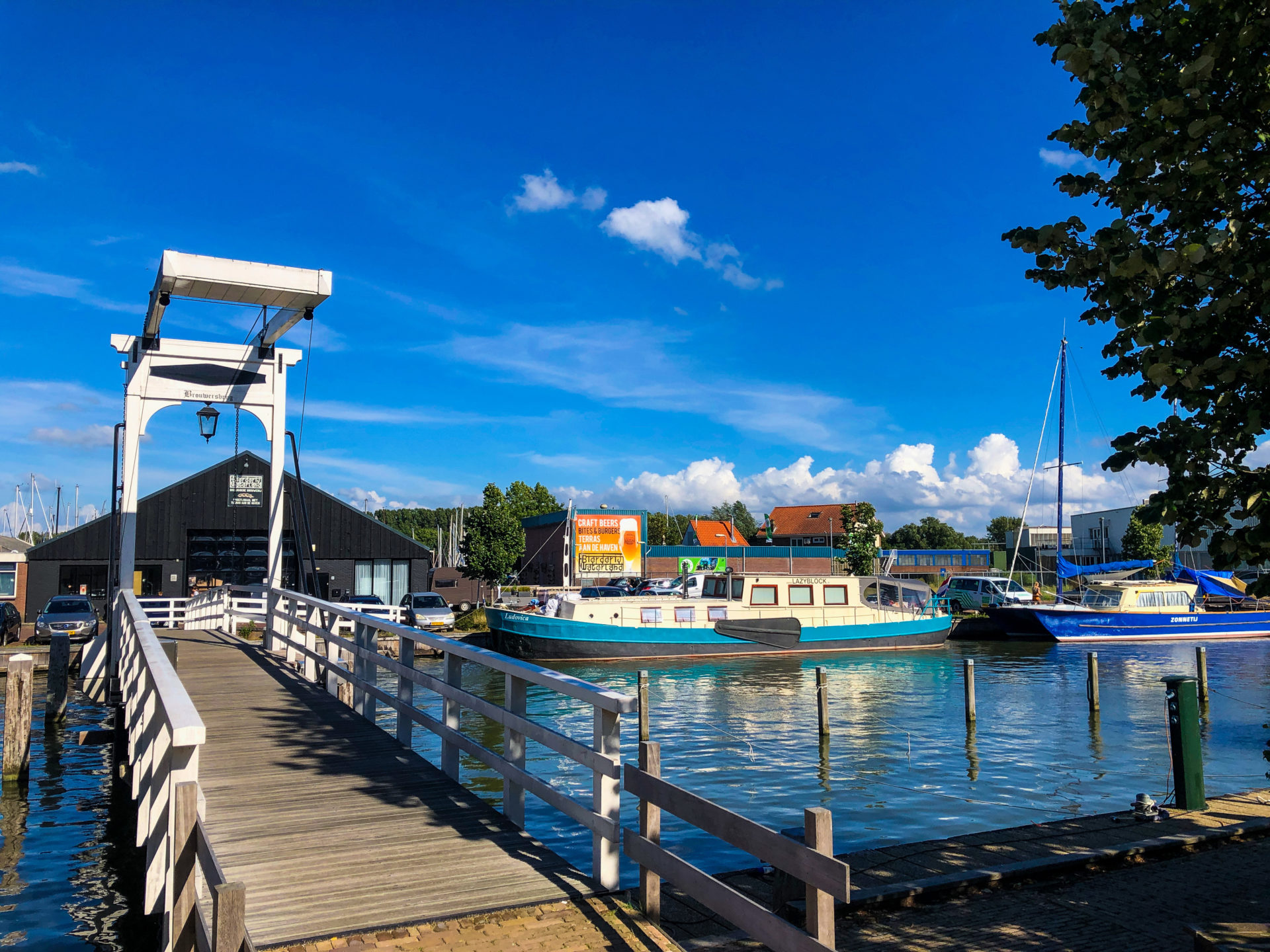 Holzbrücke am Hafen von Monnickendam mit Wasser