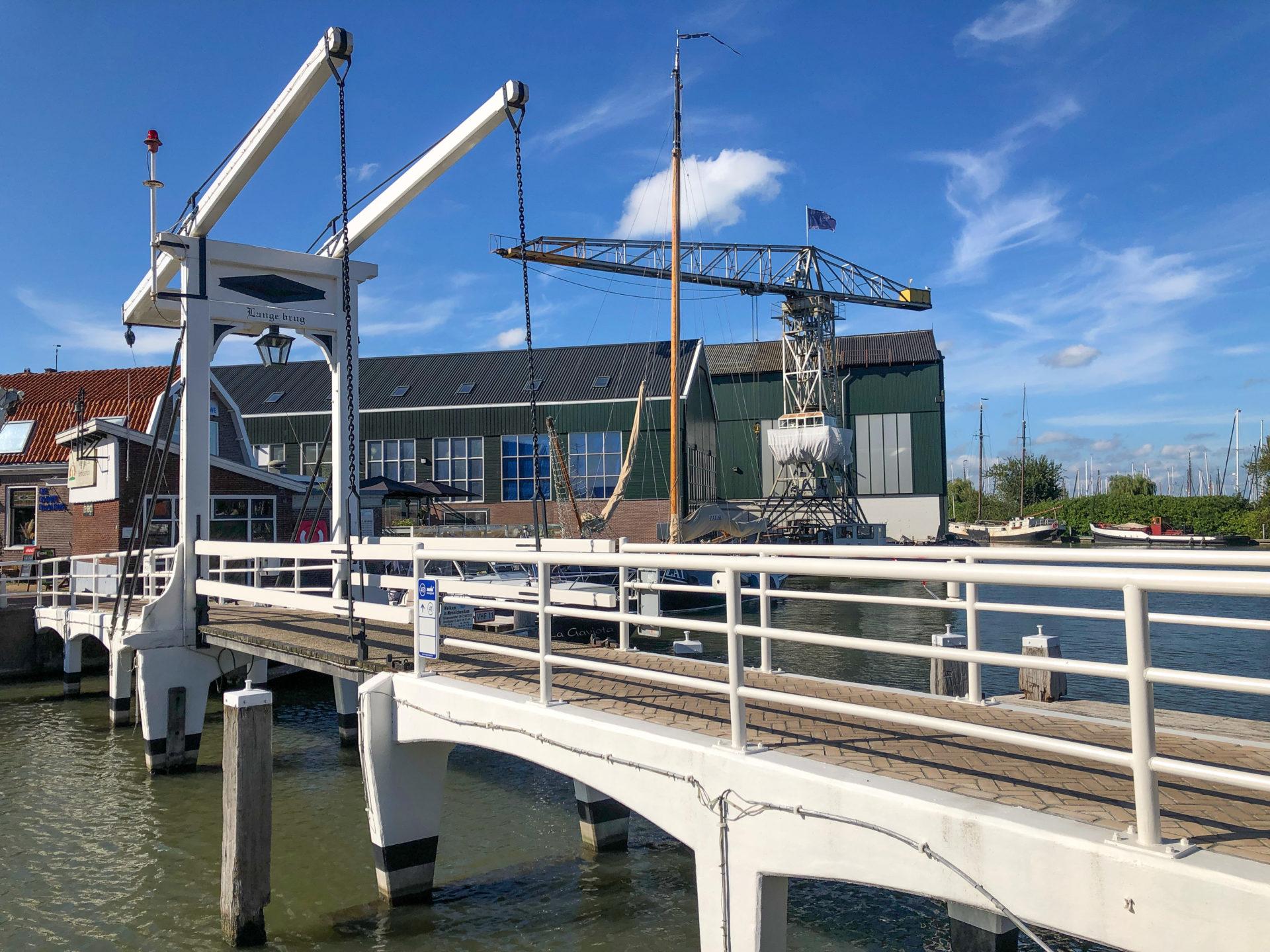 Ziehbrücke am Hafen von Monnickendam mit Kran