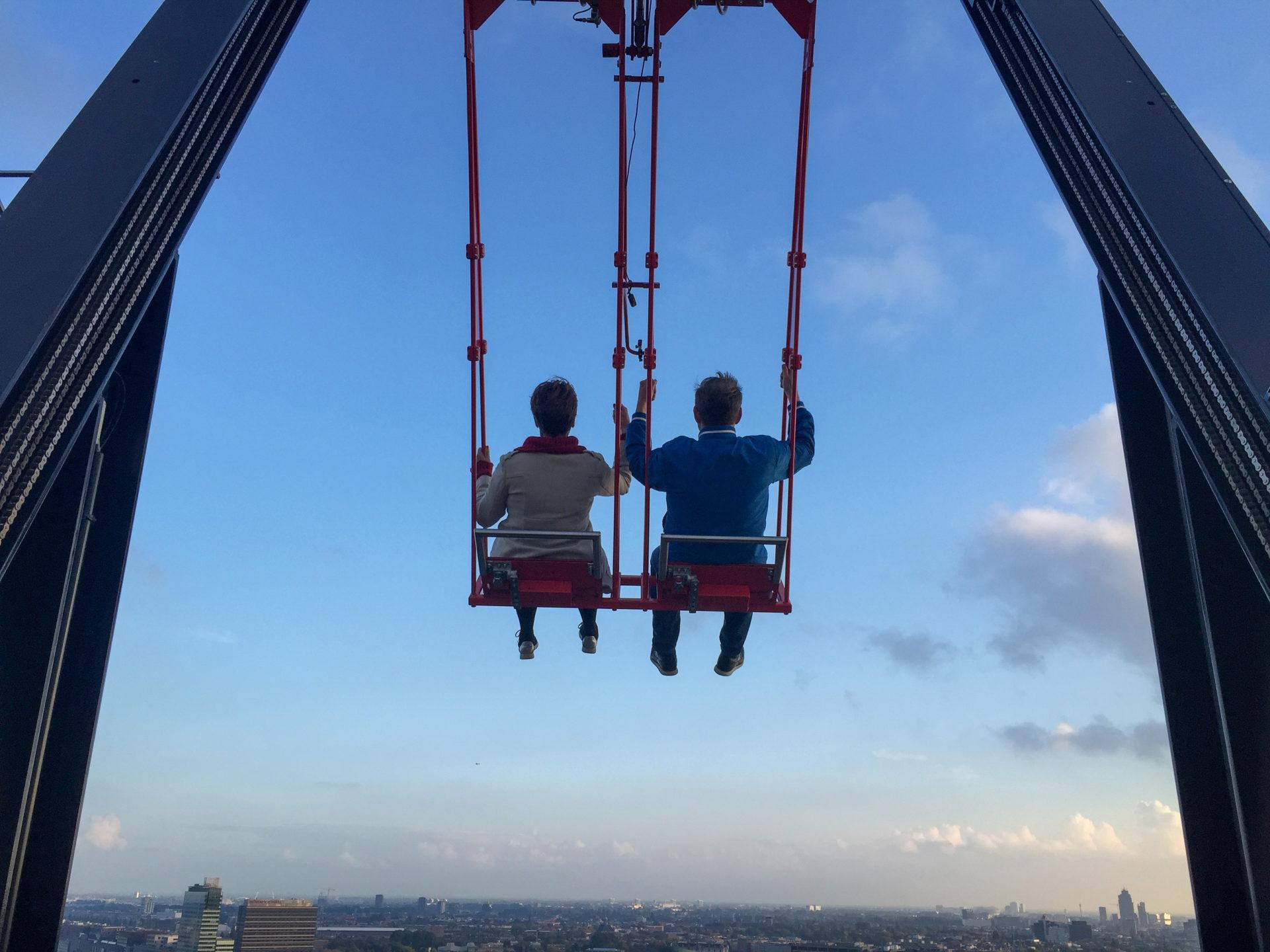 Lookout Amsterdam ist eine Schaukel auf dem Autor Ralf Johnen auf dem A'dam Toren in Amsterdam