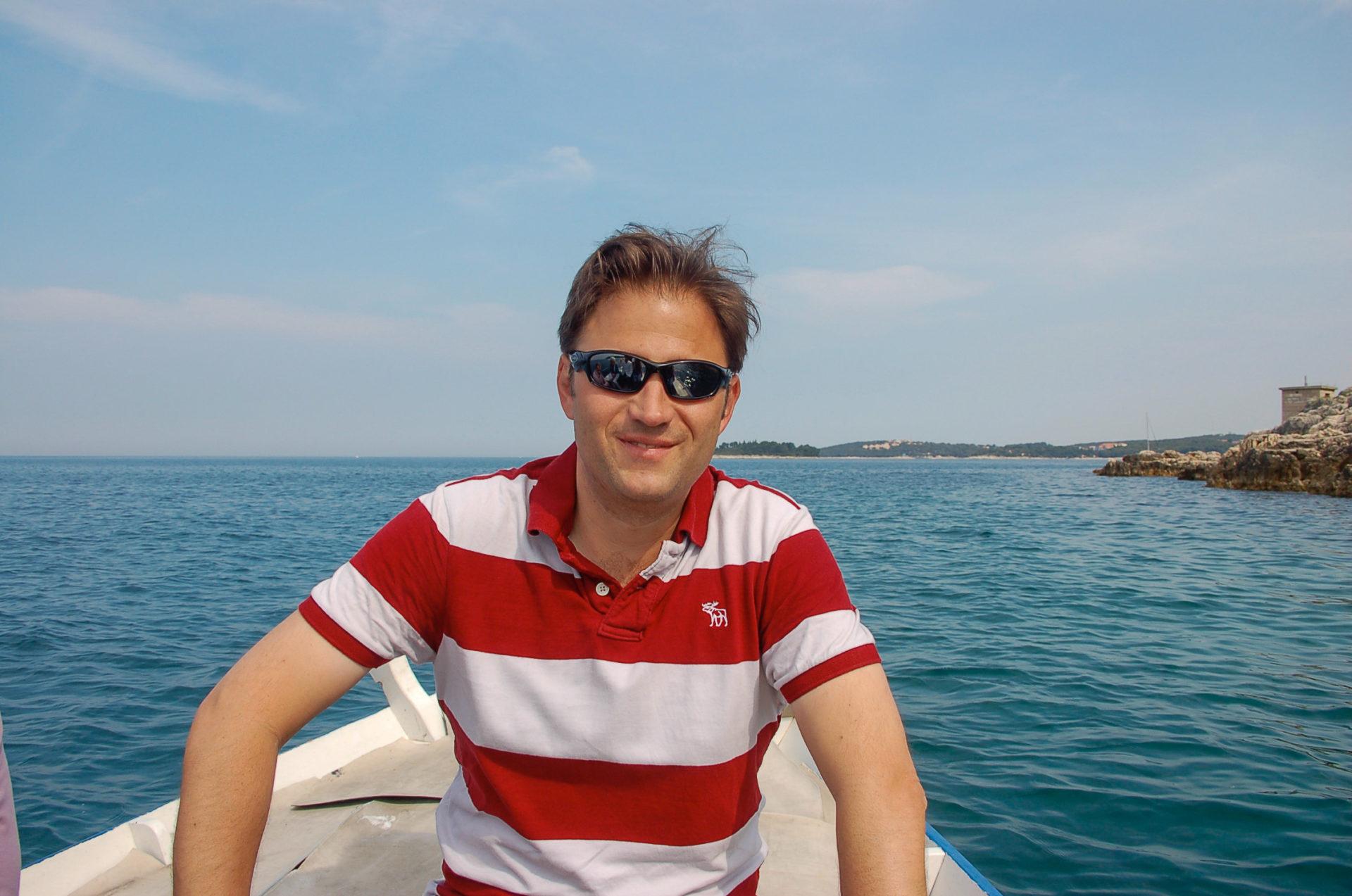 Autor Ralf Johnen in einem Boot und entsprechend guter Laune