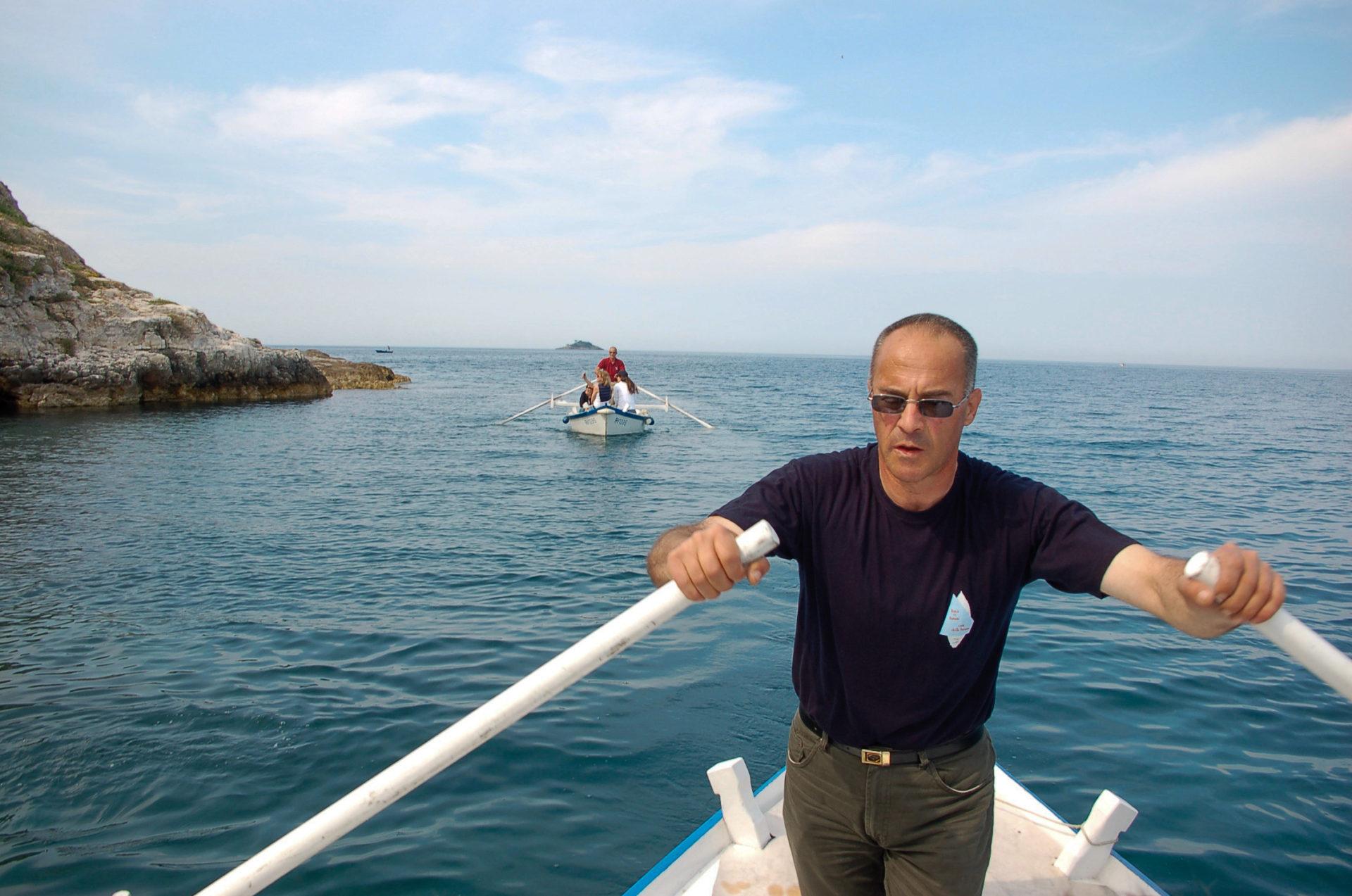 Ruderer in einem Batanaboot in Istrien