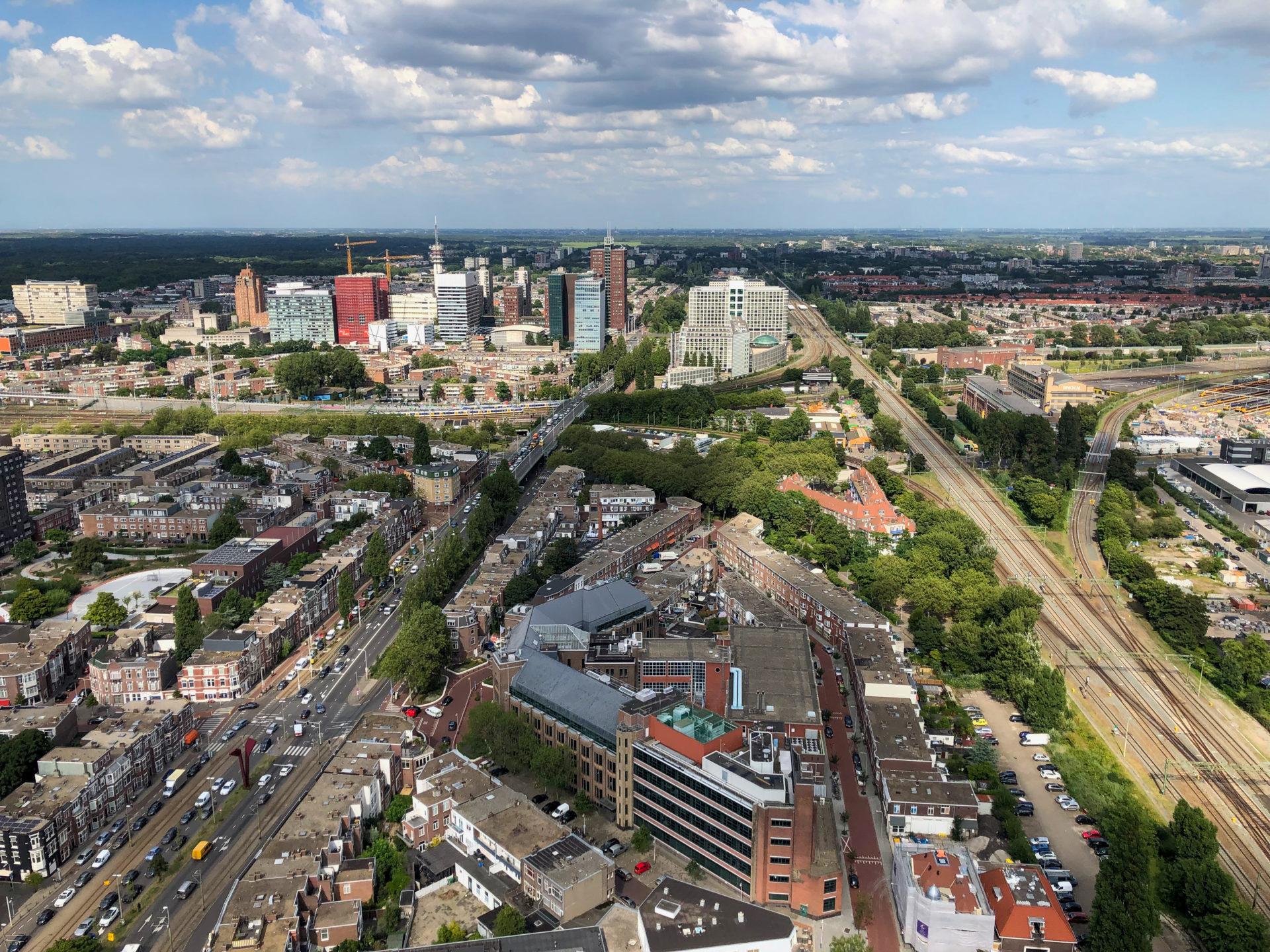 Blick von Haagse Toren auf Den Haag und das Dünengebiet Meijendel