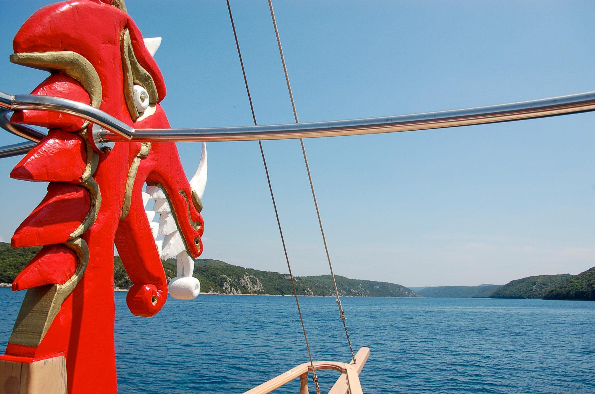 Drachenboot auf dem Mittelmeer bevor der Landung im Hafen