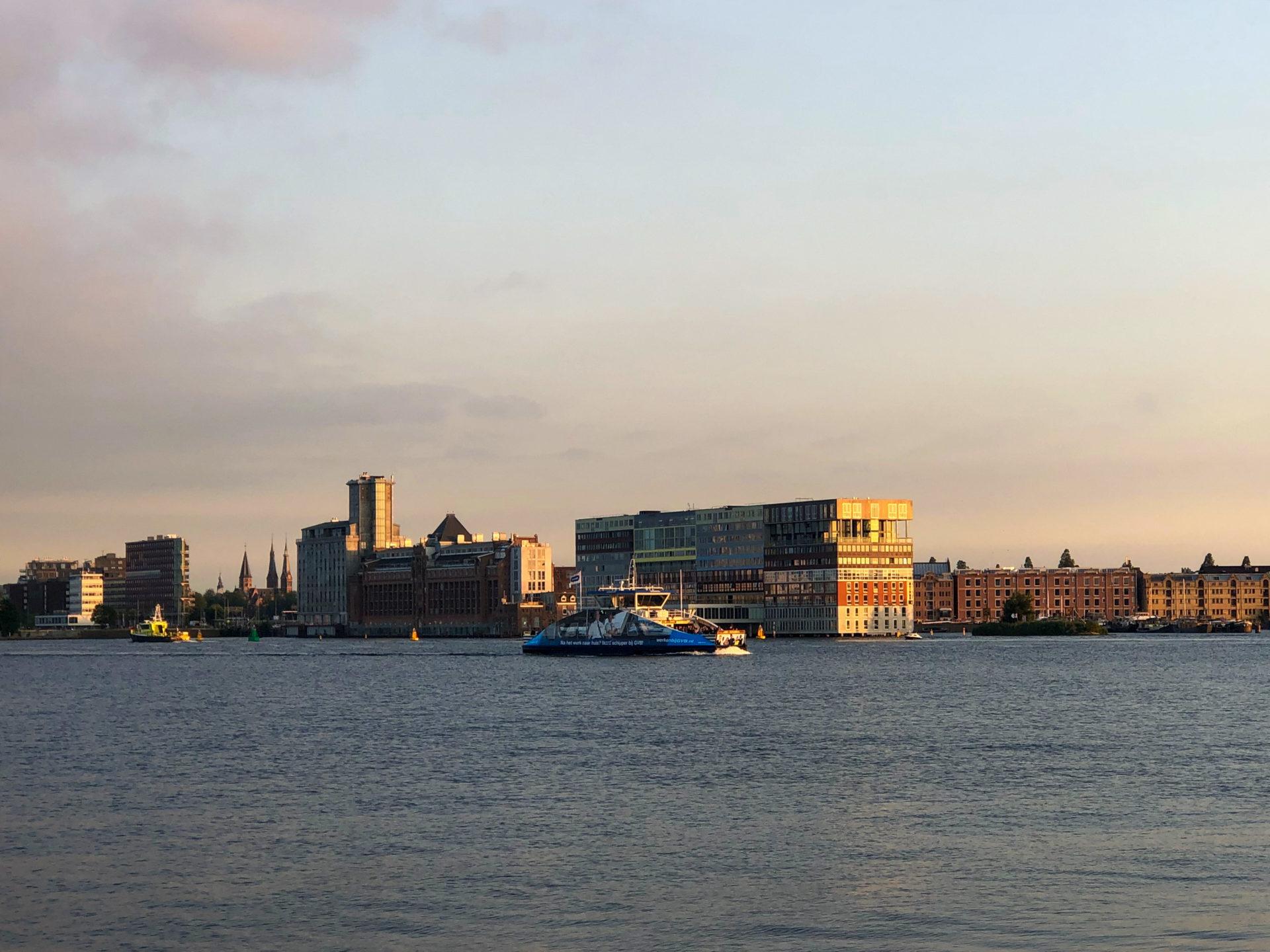 Experimentelle Architektur im coolsten Viertel von Amsterdam beim Sonnenuntergang