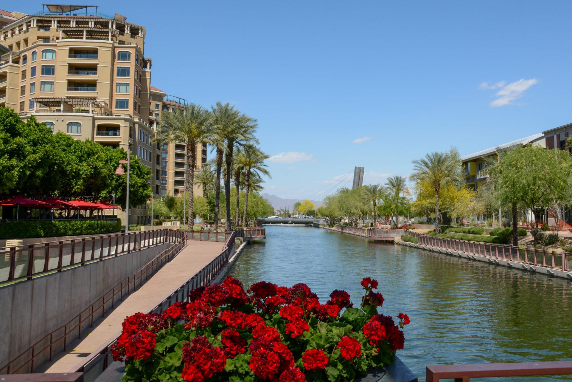Der Scottsdale Kanal mit Wohnbebauung vor den Bergen Arizonas