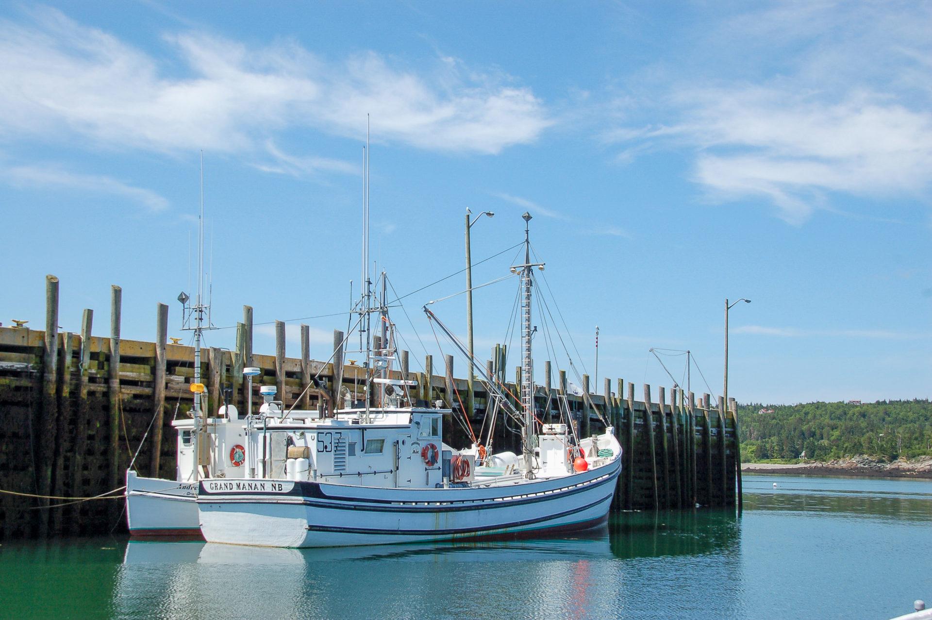 Boot in der Bay of Fundy in Kanada mit enormen Gezeiten