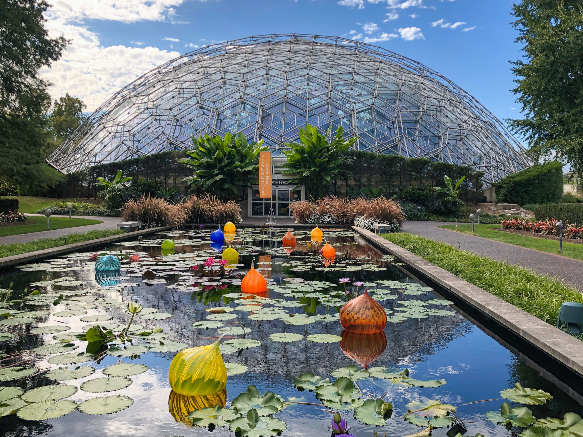 Kunstwerk mit Glaskuppel von Dale Chihuly im Botanischen Garten von Saint Louis im US-Bundesstaat Missouri an der Route 66