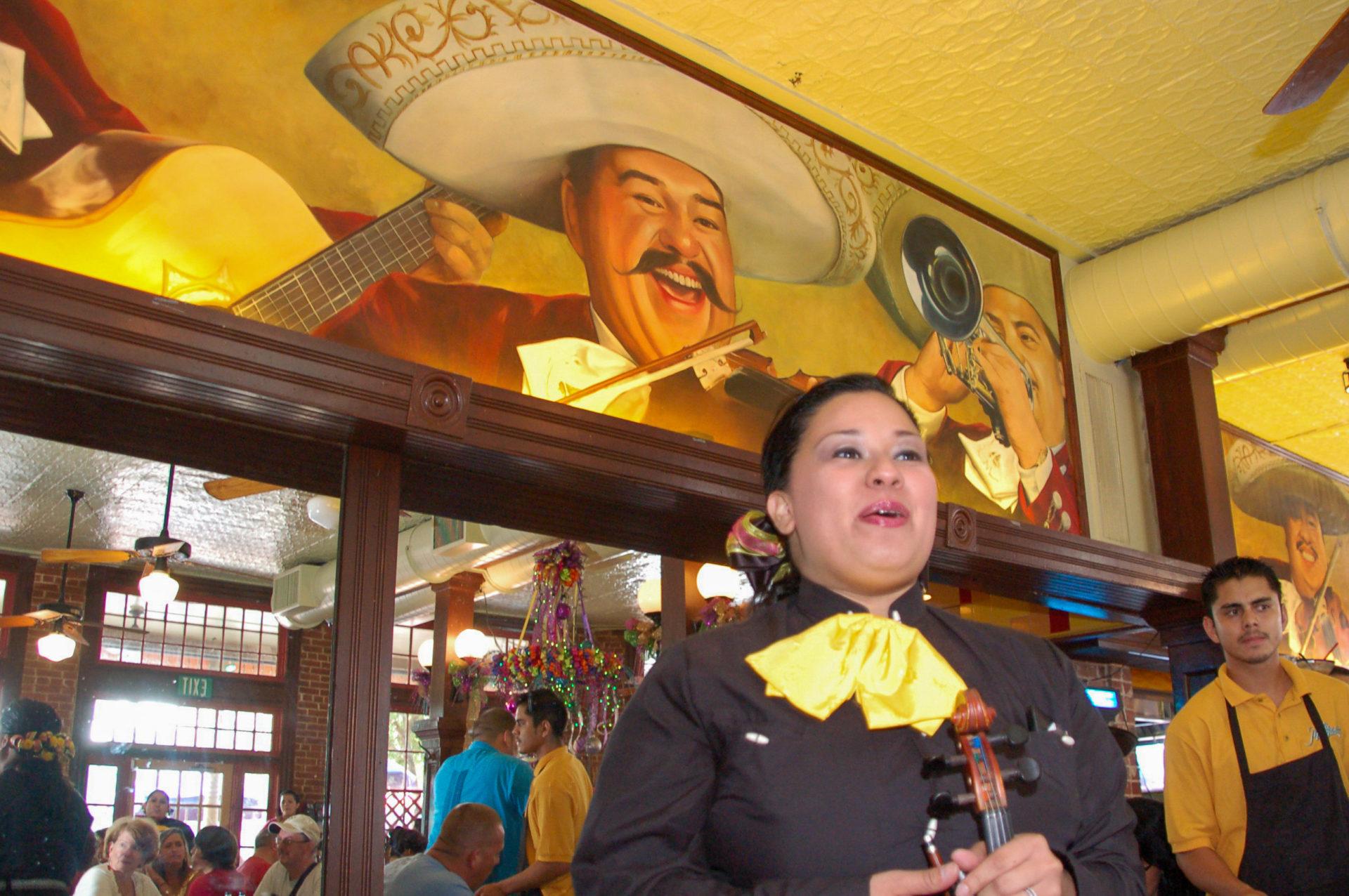 Das Nachtleben von San Antonio in Texas mit Mariachis einem einem mexikanischen Lokal