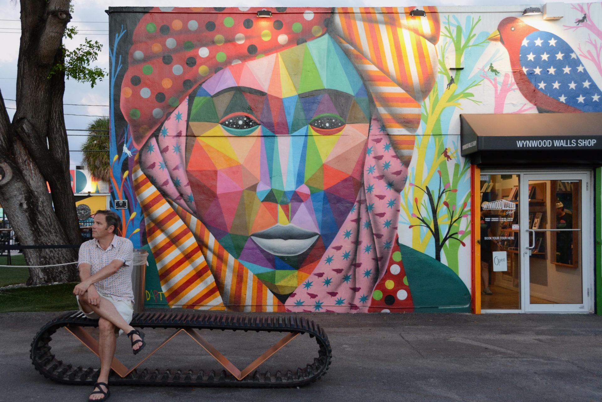 Autor Ralf Johnen vor einem Mural in Wynwood, Miami
