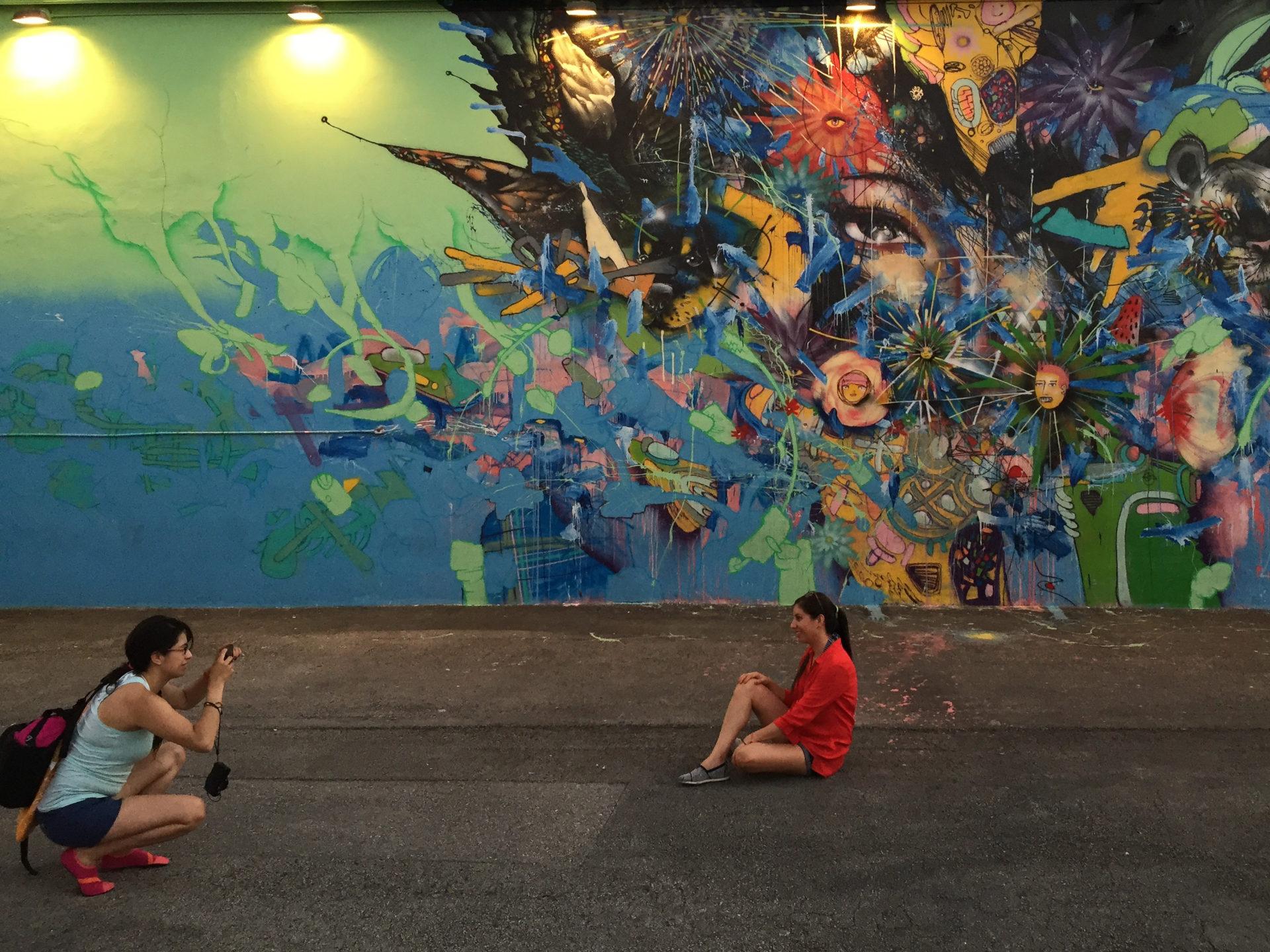 Zwei Touristinnen machen Fotos in Wynwood, Miamis hippem Stadtteil