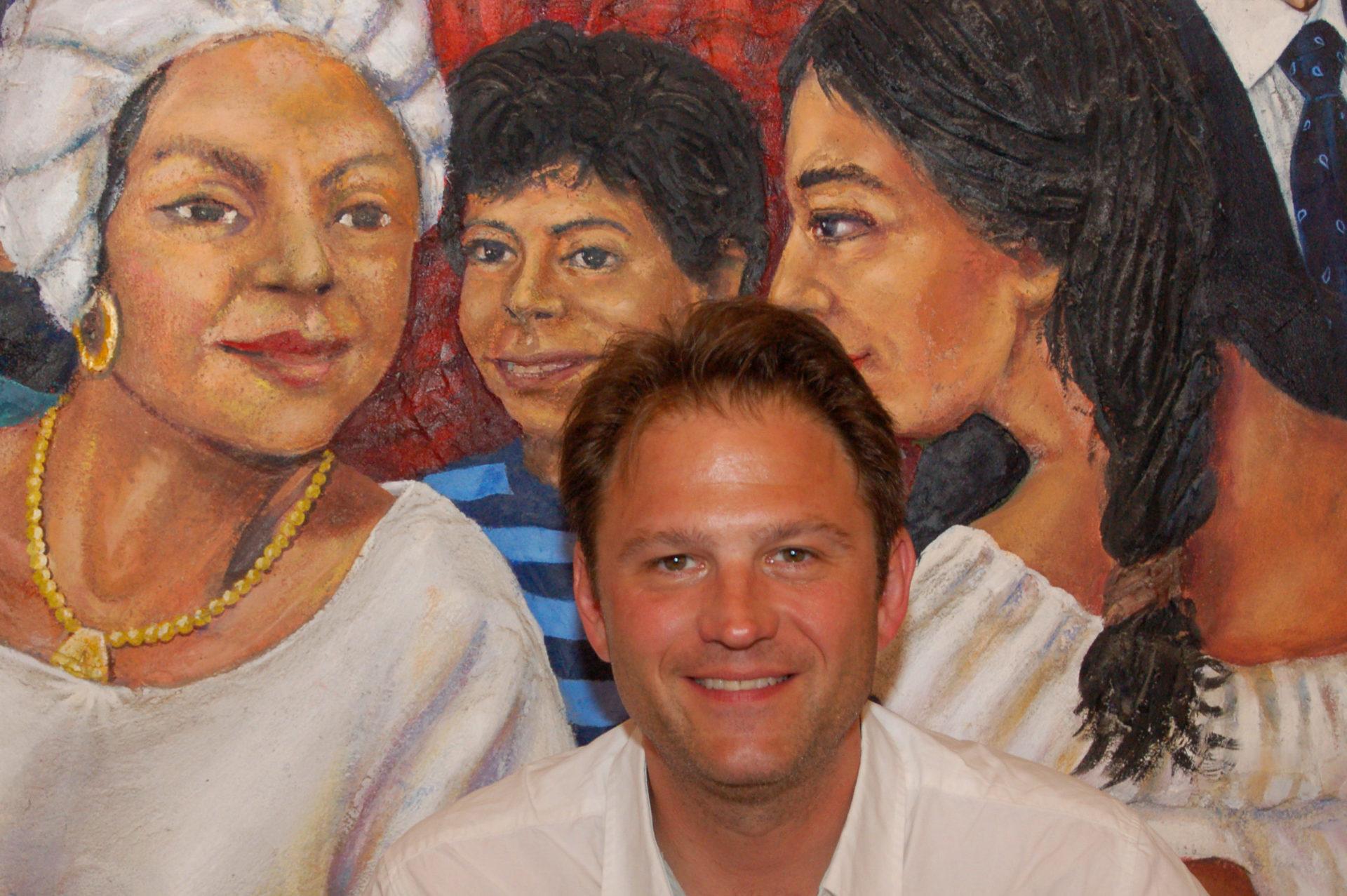Autor Ralf Johnen vor einem Wandgemälde in einem mexikanischen Lokal in San Antonio
