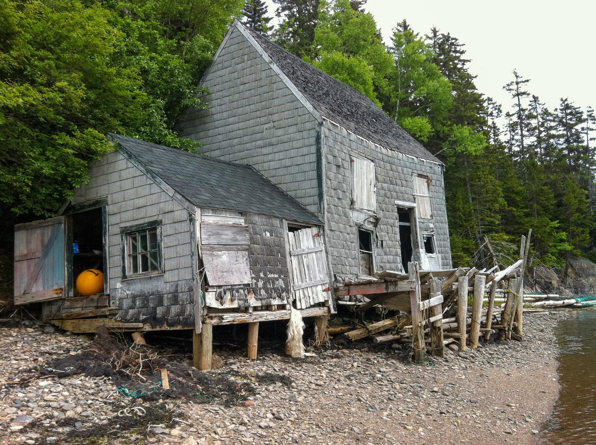 Ruine eines Holzhauses an der Bay of Fundy hat kurz gesagt ihre besten Zeiten hinter sich