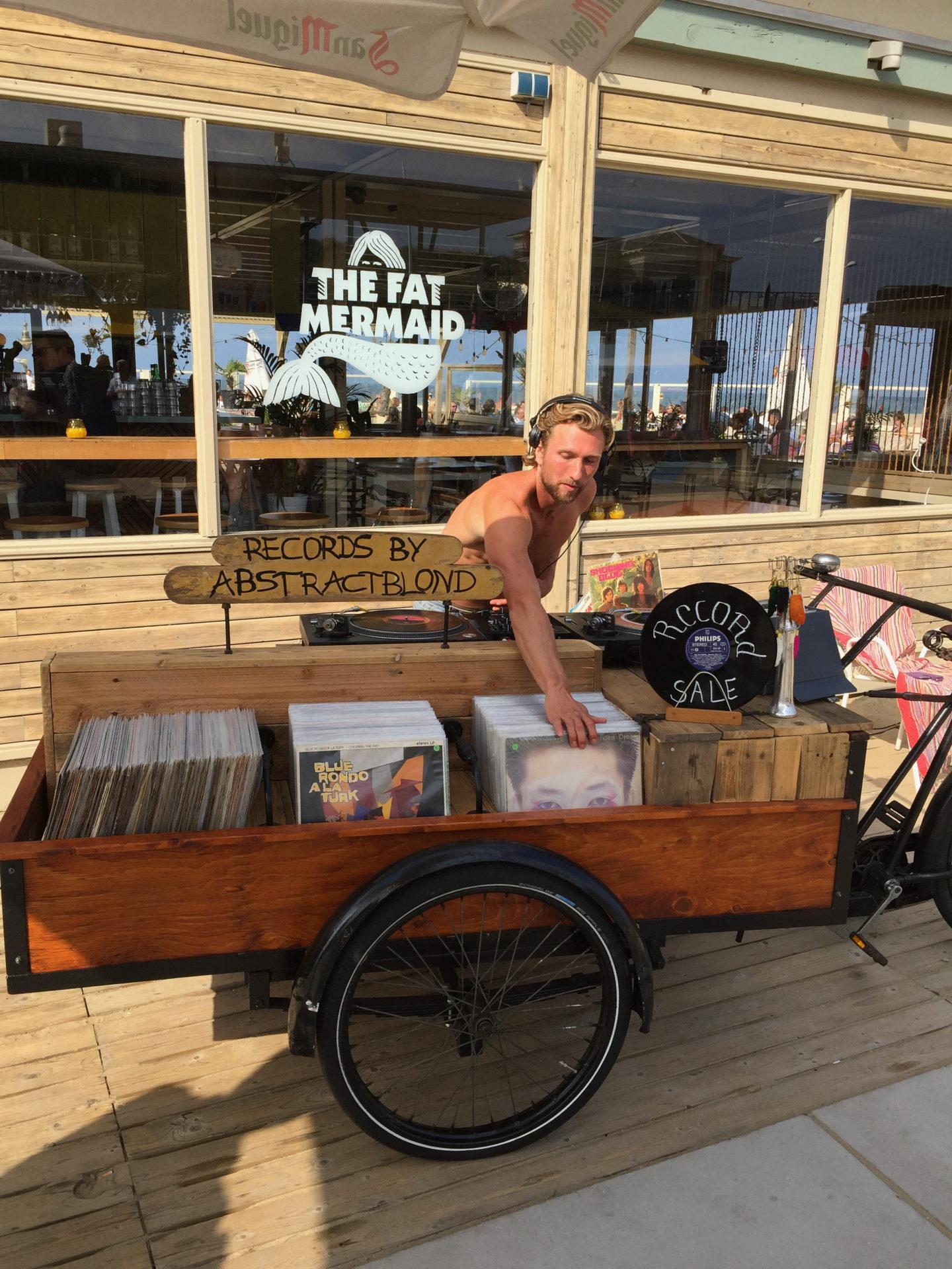 Schallplattenverkäufer vor einem Strandpavillon The Fat Mermaid in Den Haag