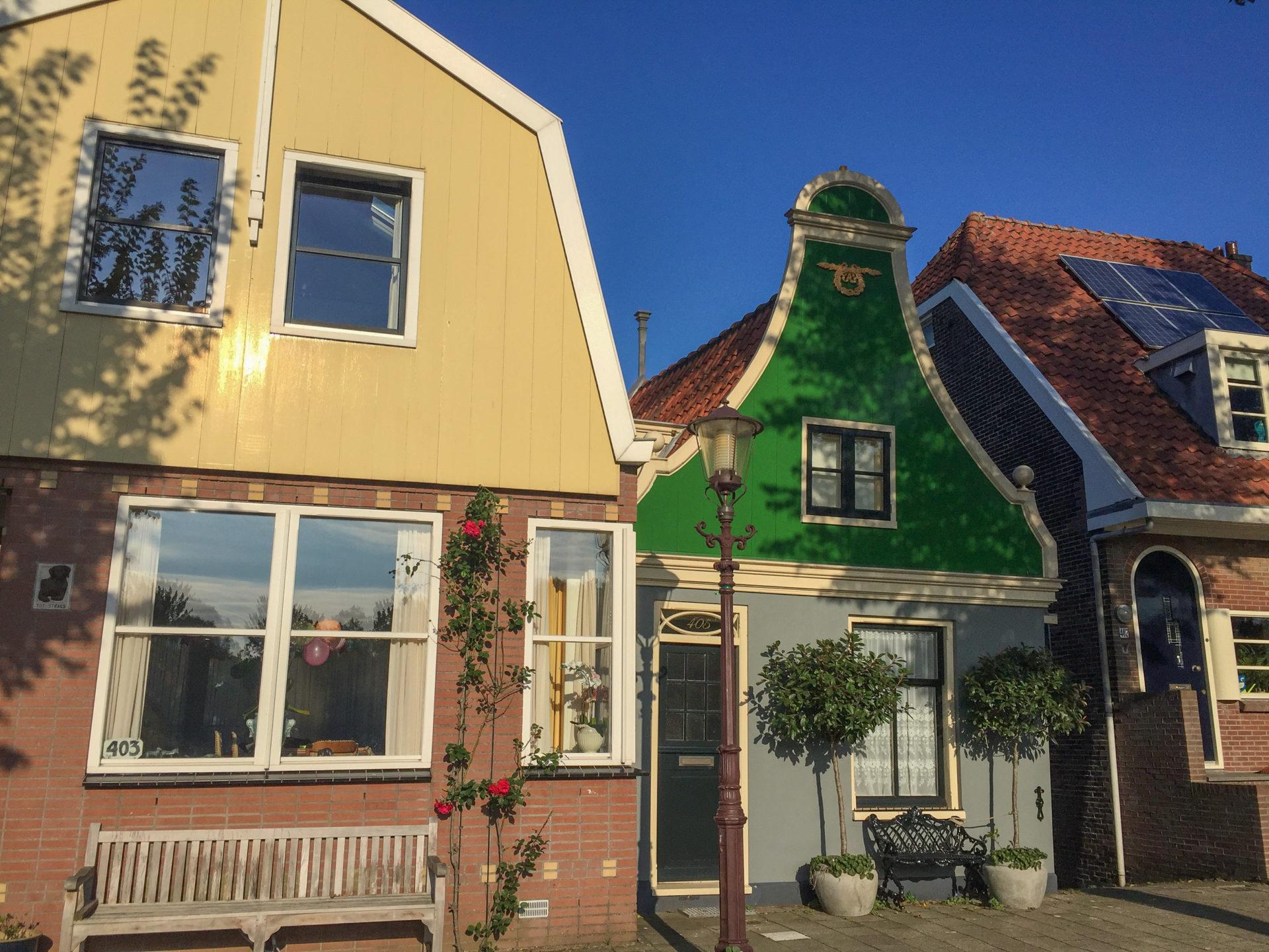 Alte Häuser mit Holzverkleidungen in Schellingwoude im Norden von Amsterdam