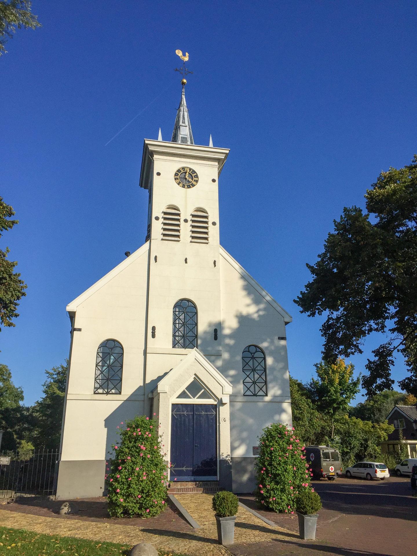 Eine alte Kirchemit Holzverkleidungen in Schellingwoude im Norden von Amsterdam