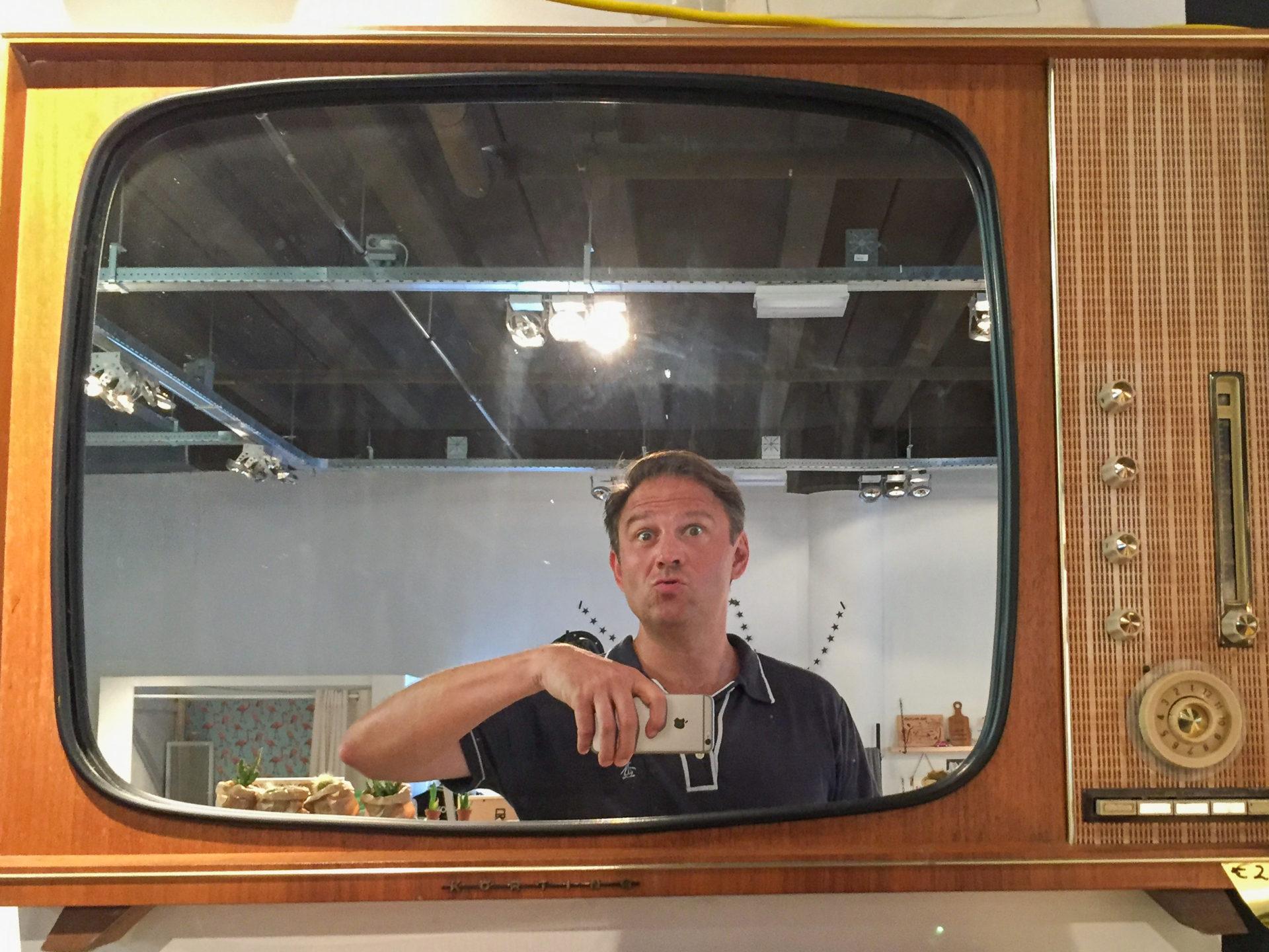 Autor Ralf Johnen spiegelt sich in einem Vintage-Fernseher in Den Haag