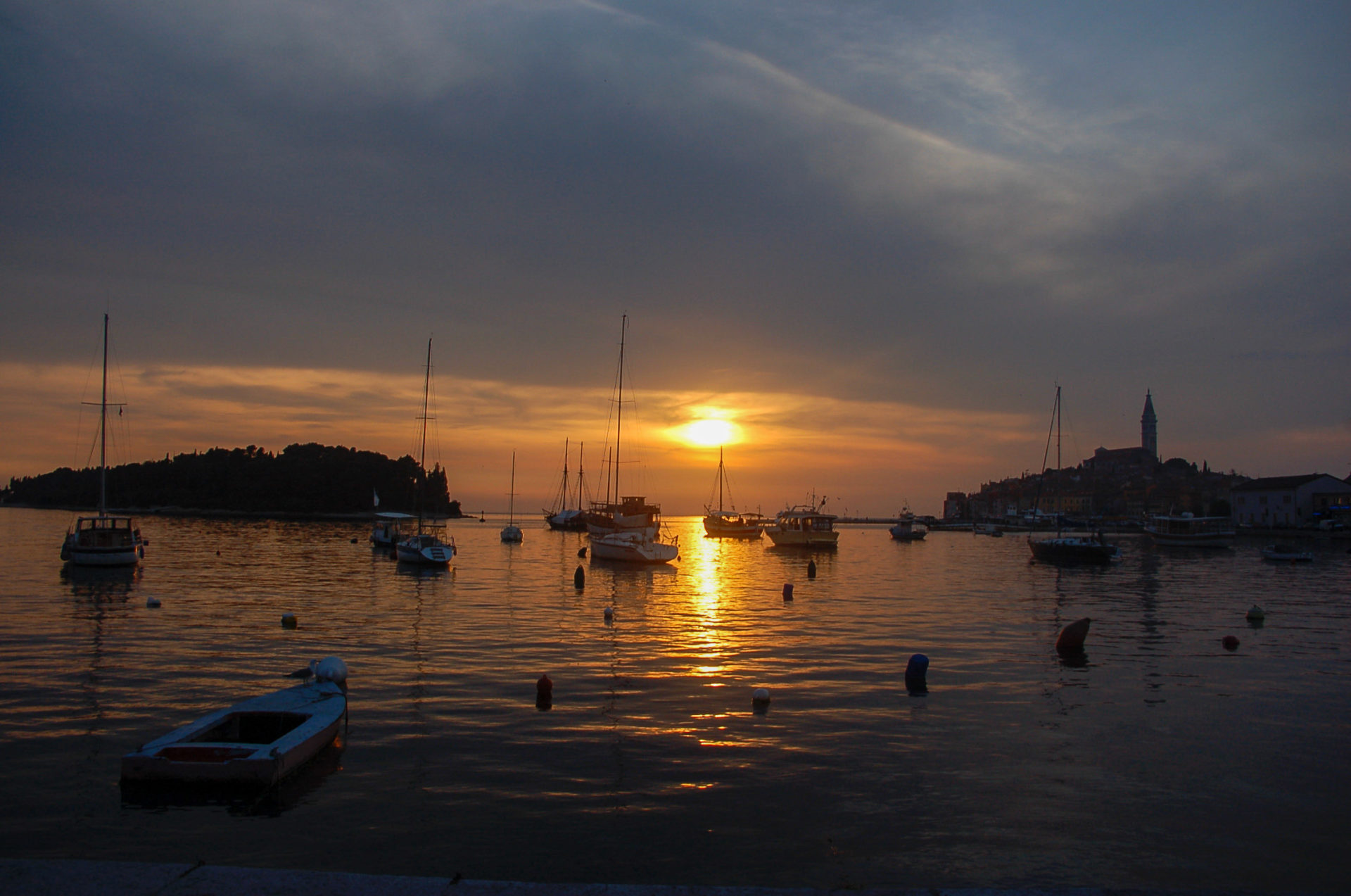 Sonnenuntergang mit der Silhouette der Altstadt von Rovinj
