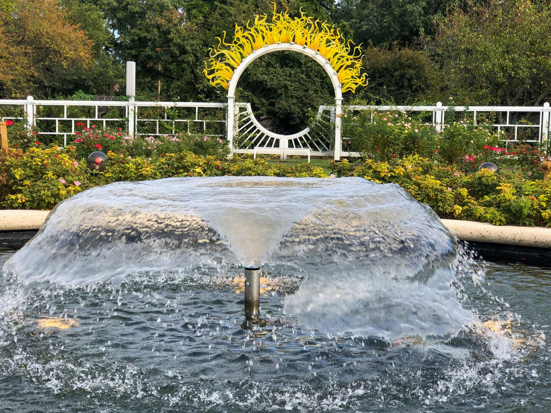 Kunstwerk mit Flammen von Dale Chihuly im Botanischen Garten von Saint Louis im US-Bundesstaat Missouri an der Route 66