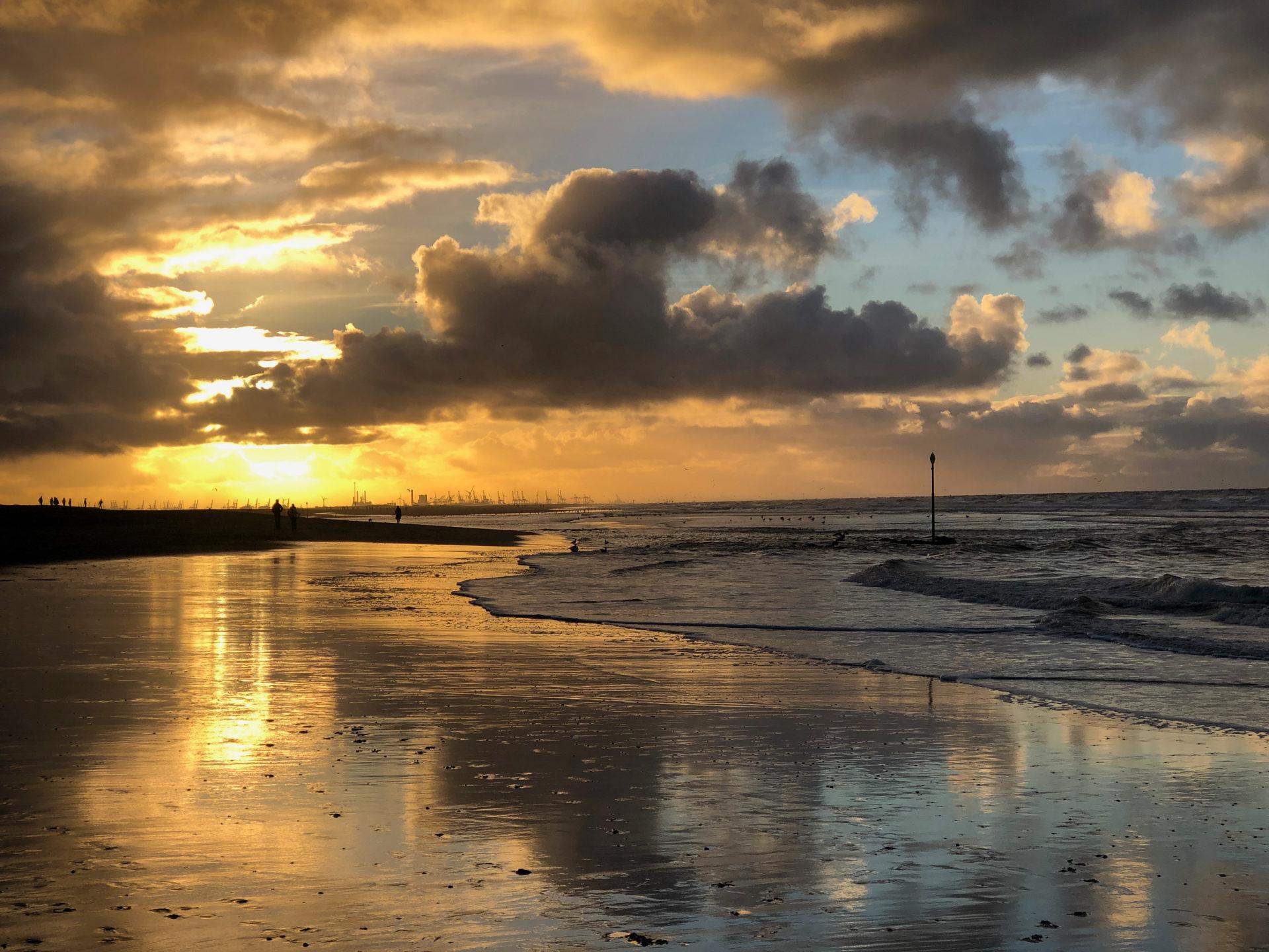 Blick vom Stadtteil Kijkduin in Den Haag nach Süden während des Sonnenuntergangs