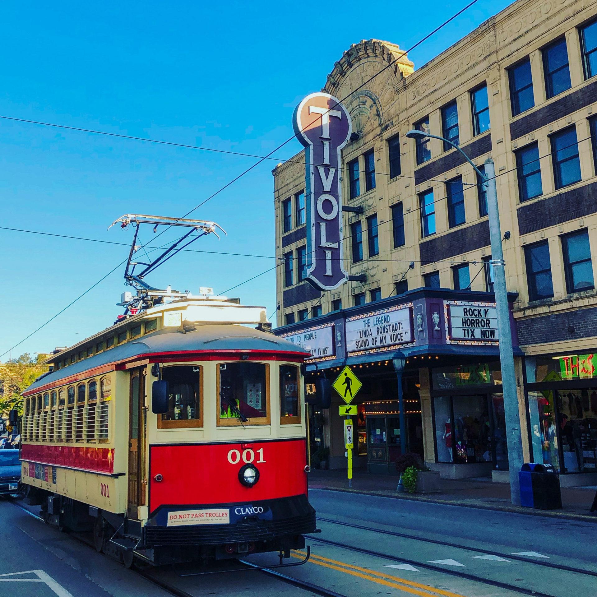 Straßenbahnwagen am Delmore Loop in Saint Louis vor einem Kino