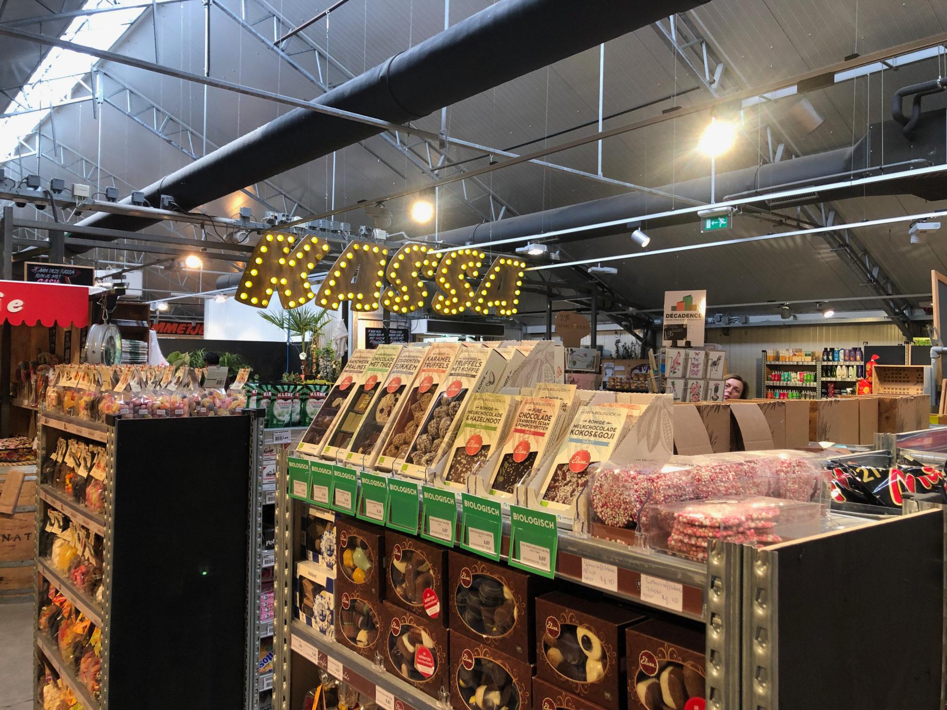 Regale im Supermarkt Landmarkt in Schellingwoude in Amsterdam Noord