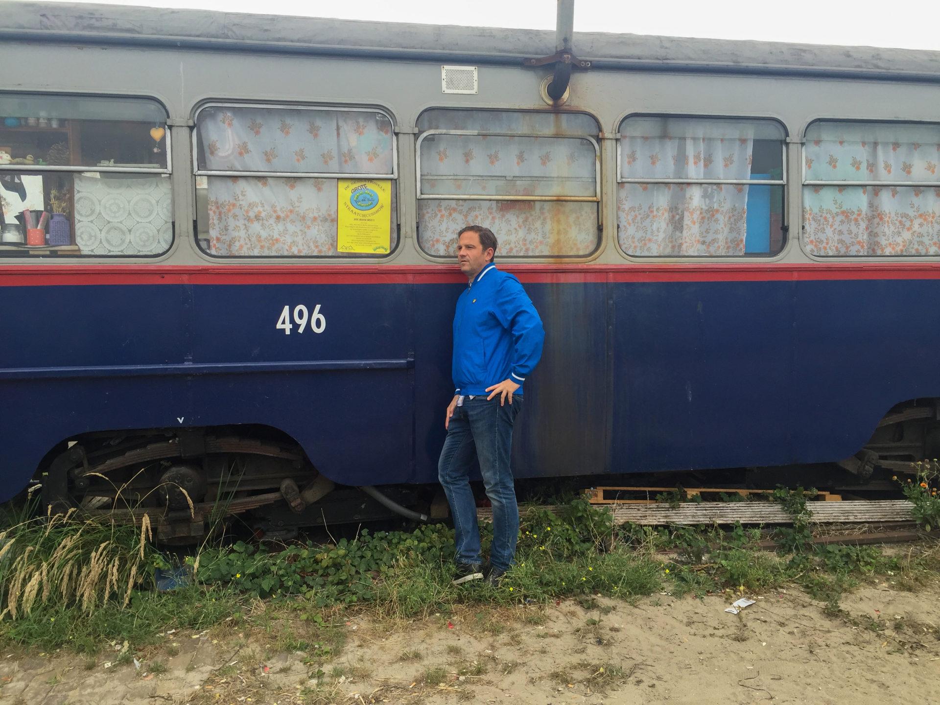 Autor Ralf Johnen vor einer ausgemusterten Straßenbahn in Noord