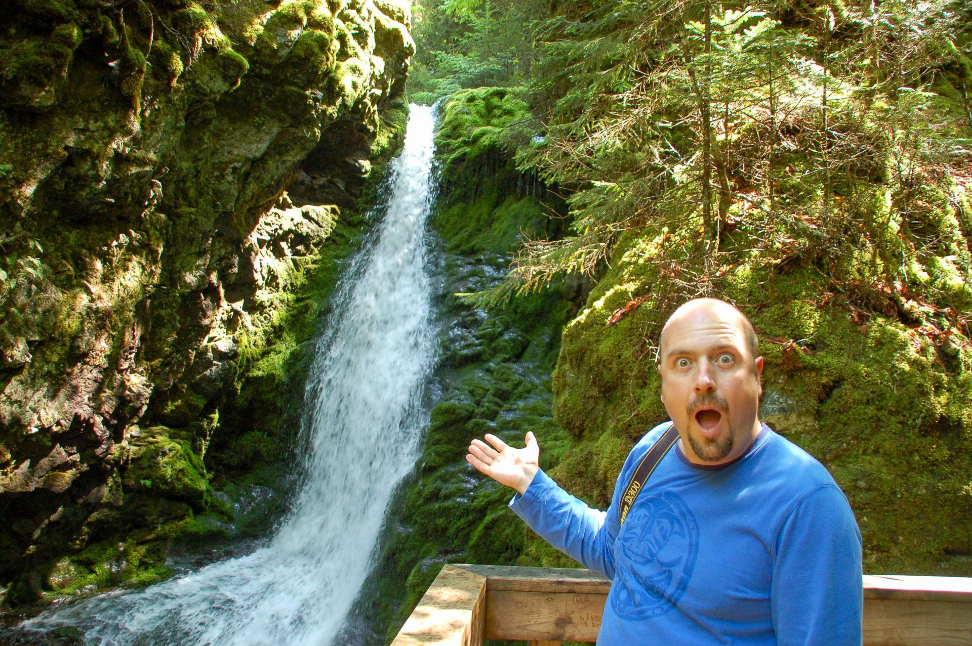 Ron staunt über einen Wasserfall in Kanada