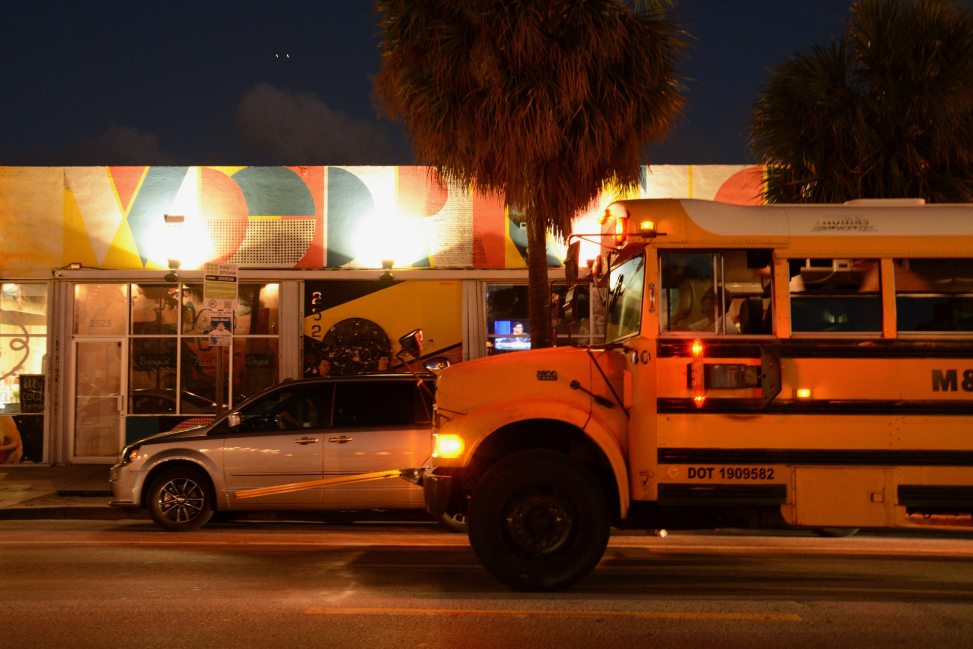 Schulbus auf den Straßen von Wynwood in Miami im Abendlicht