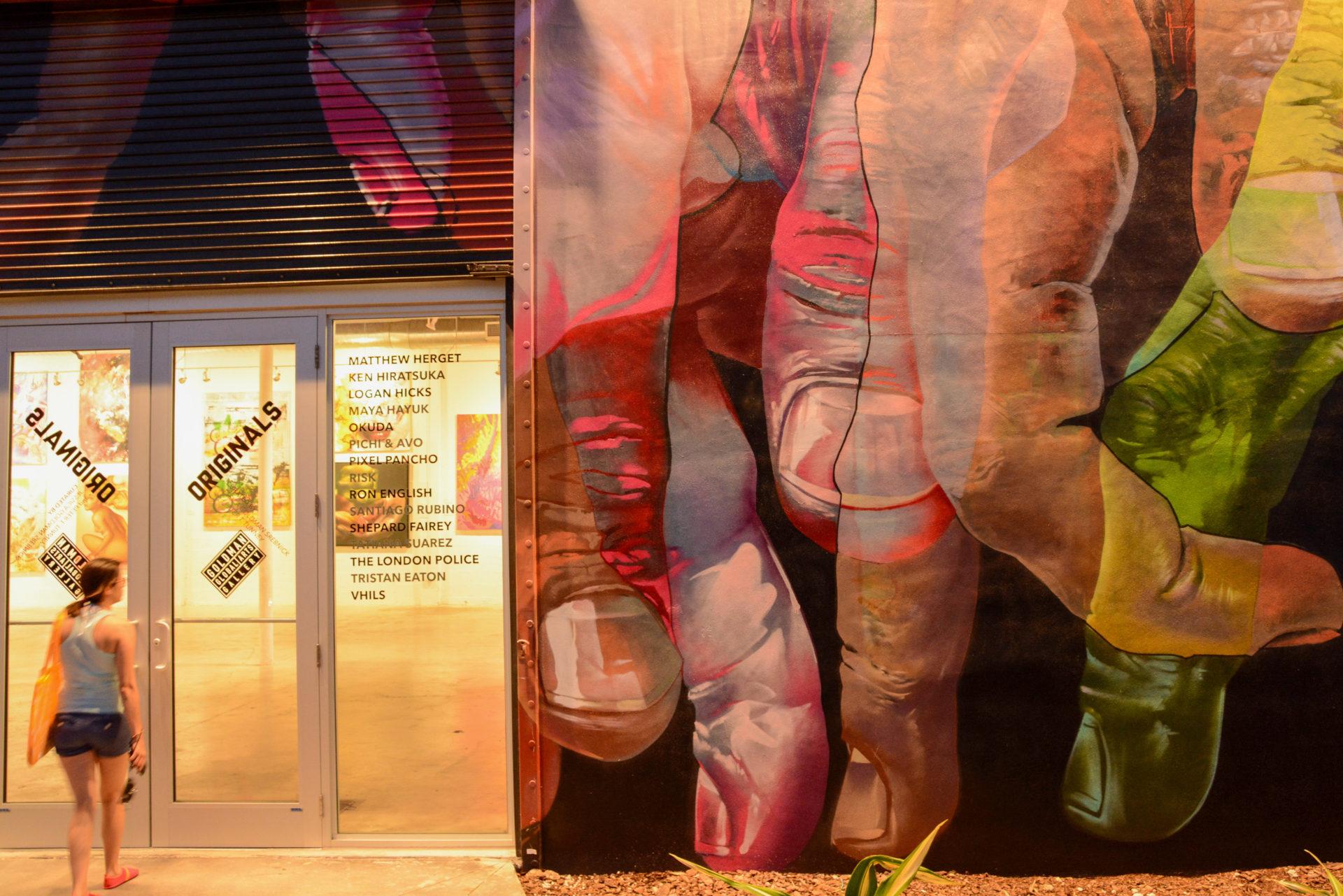 Galerie mit Mural und junger Dame in Wynwood, einem Stadtteil von Miami