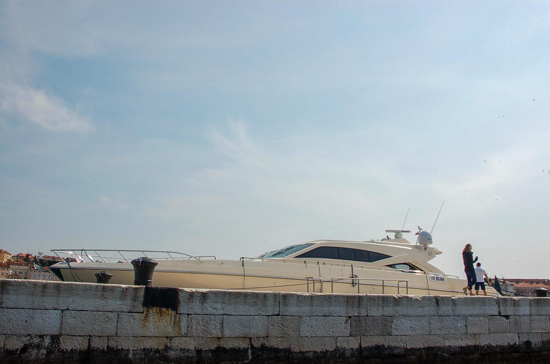 Eine monströse Yacht die kurz gesagt irgendeinem Millionär gehört