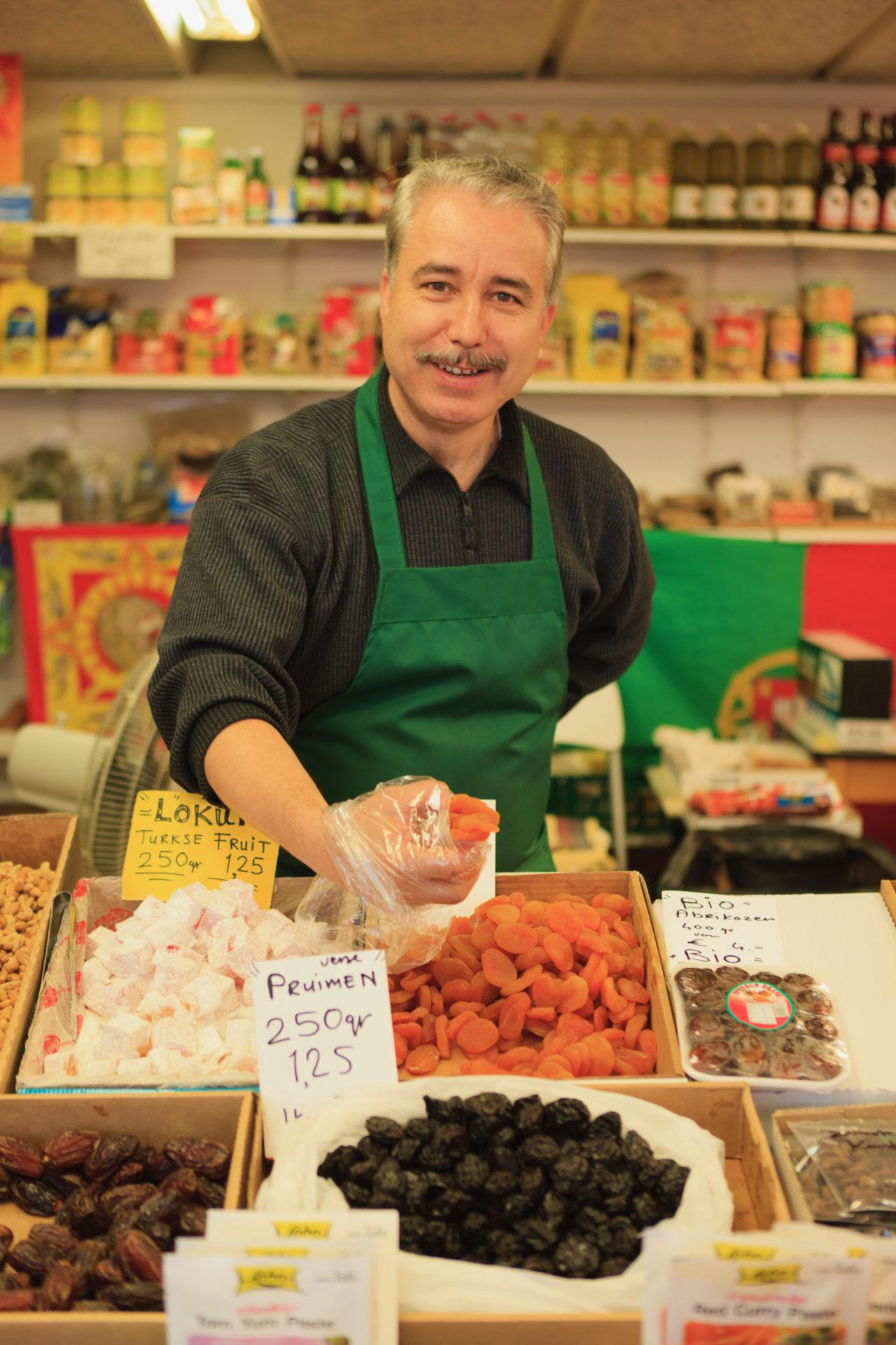 Verkäuder auf dem Markt in der Herman Costerstraat in Den Haag