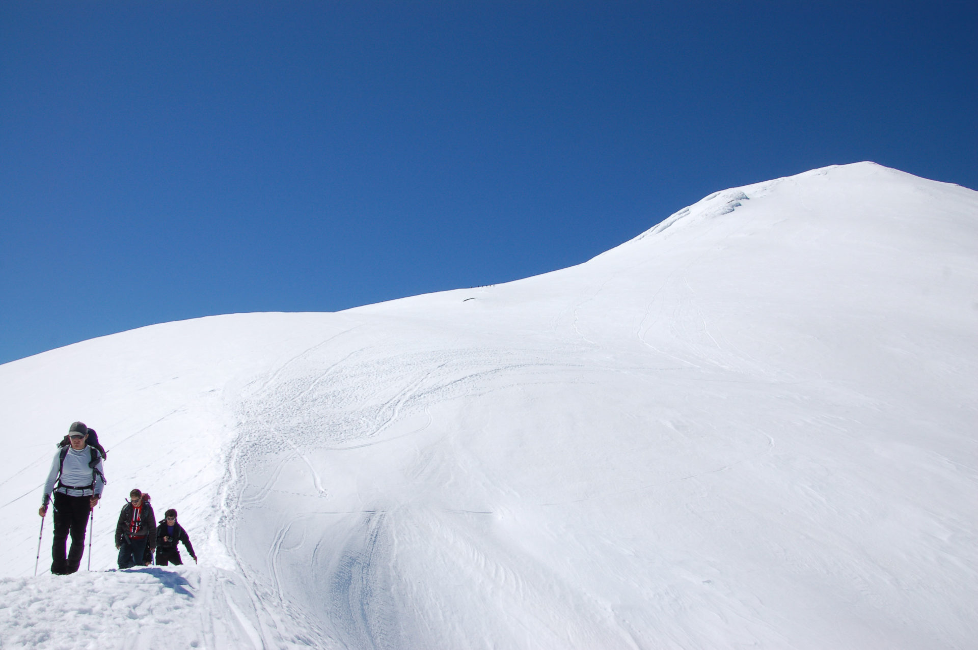 Bergsteiger am Vulkan Villarrica in Patagonien mit viel Schnee