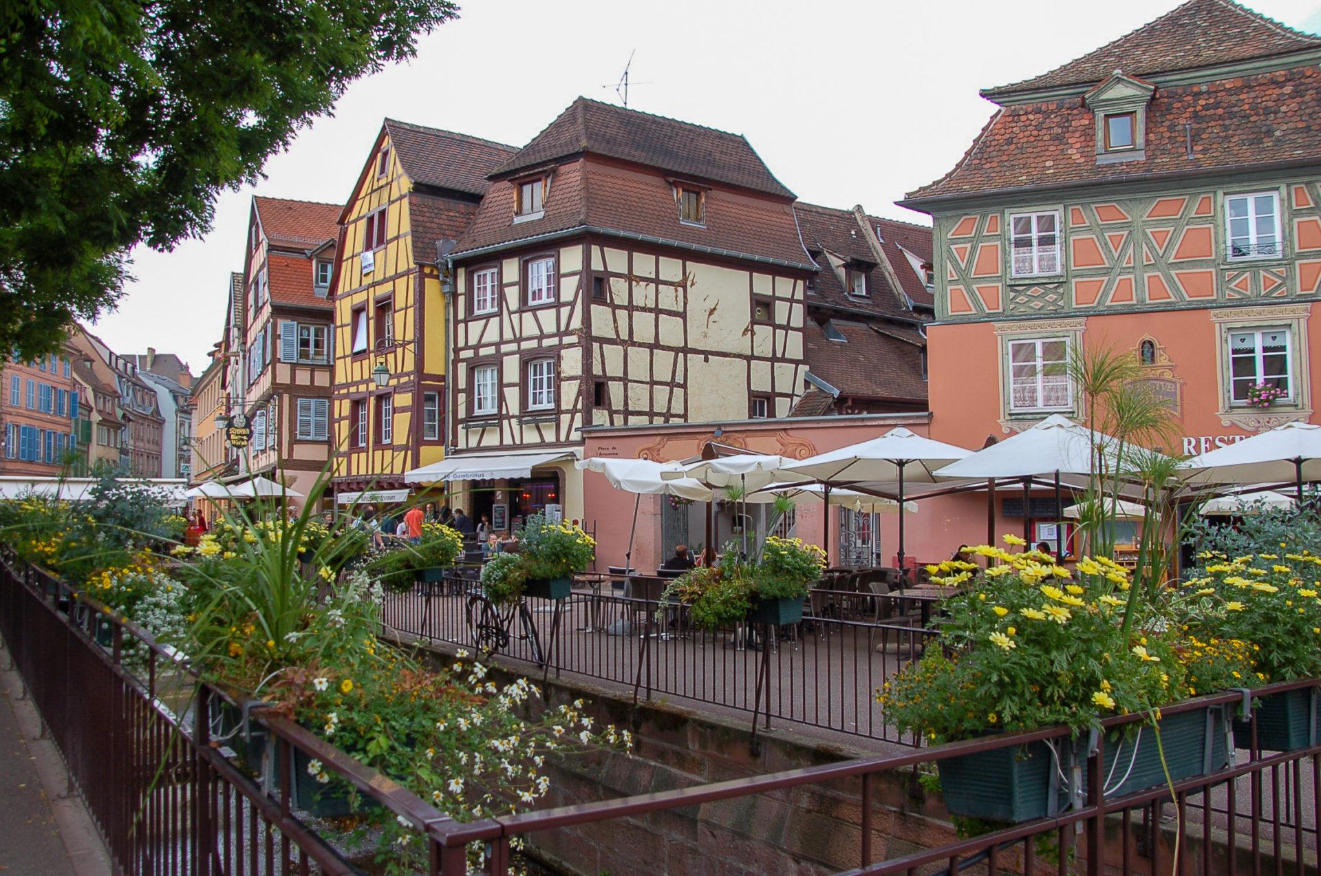 Blumen und Fachwerk in Colmar im Elsass