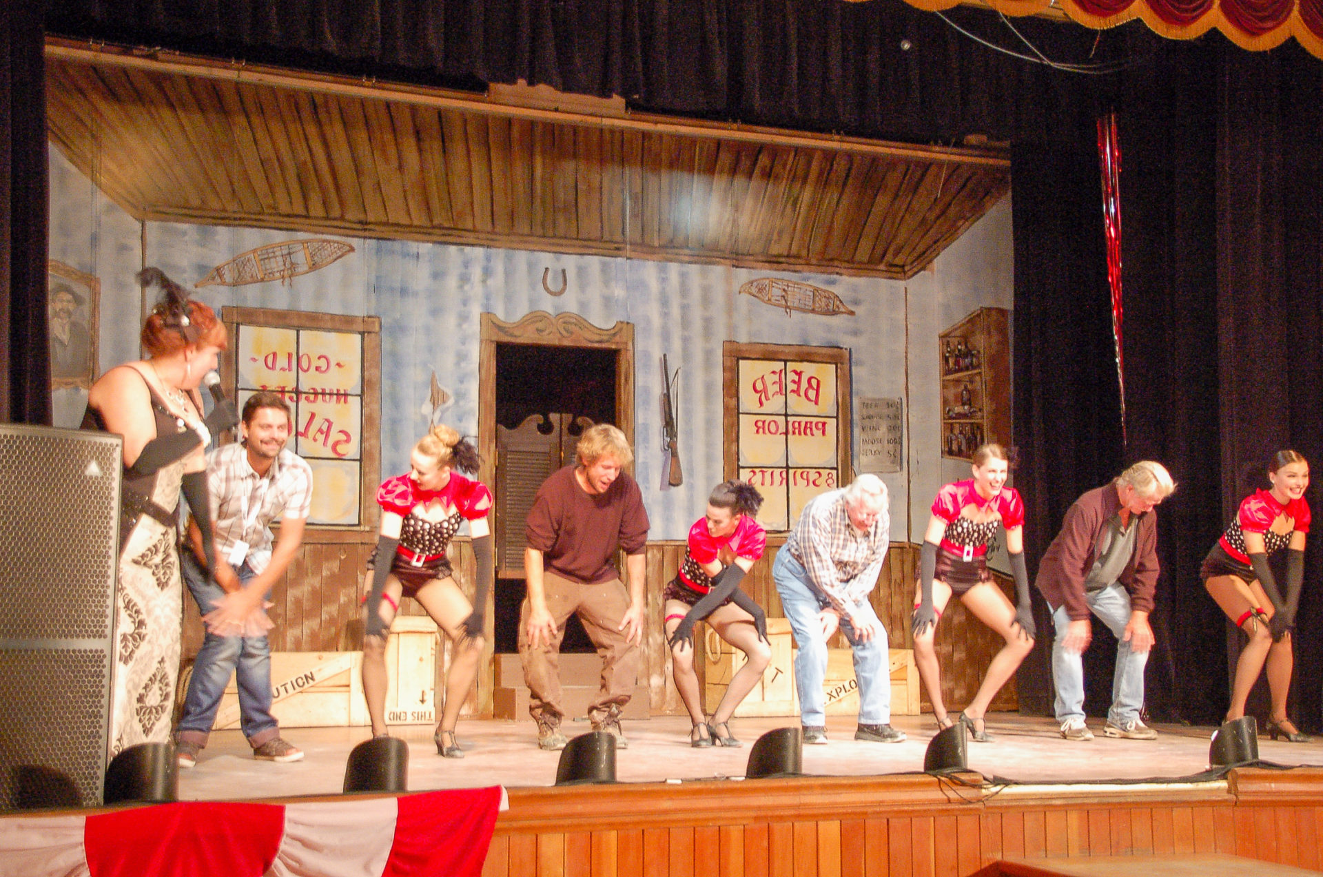 Tänzer auf der Bühne beim zweiten Goldrausch von Dawson City