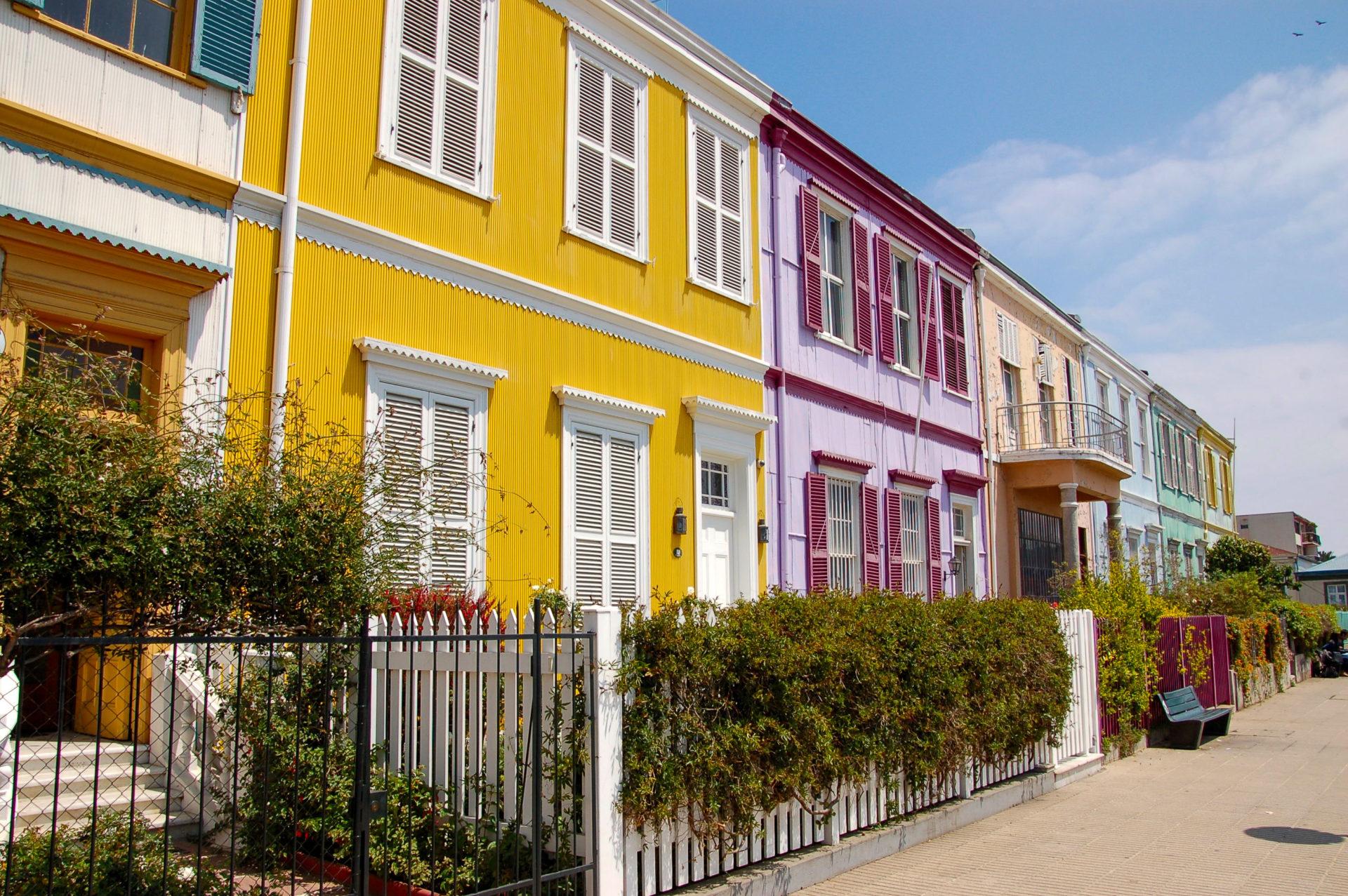 Bunte Häuserzeilen sind ein weiteres Charakteristikum von Valparaiso