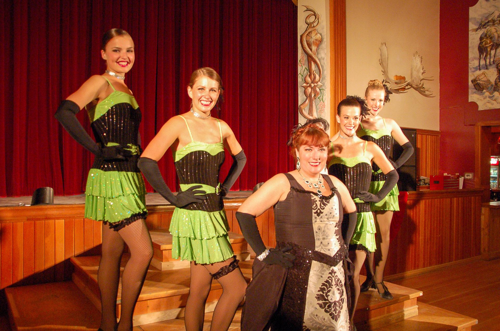 Cancan-Tänzerinnen in Dawson City im zweiten Goldrausch