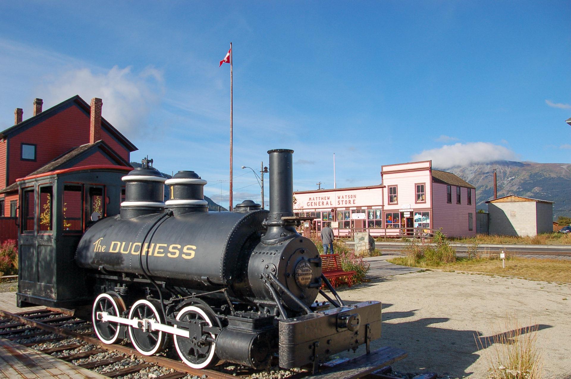 Dampflok im Yukon mit General Store im Hintergrund