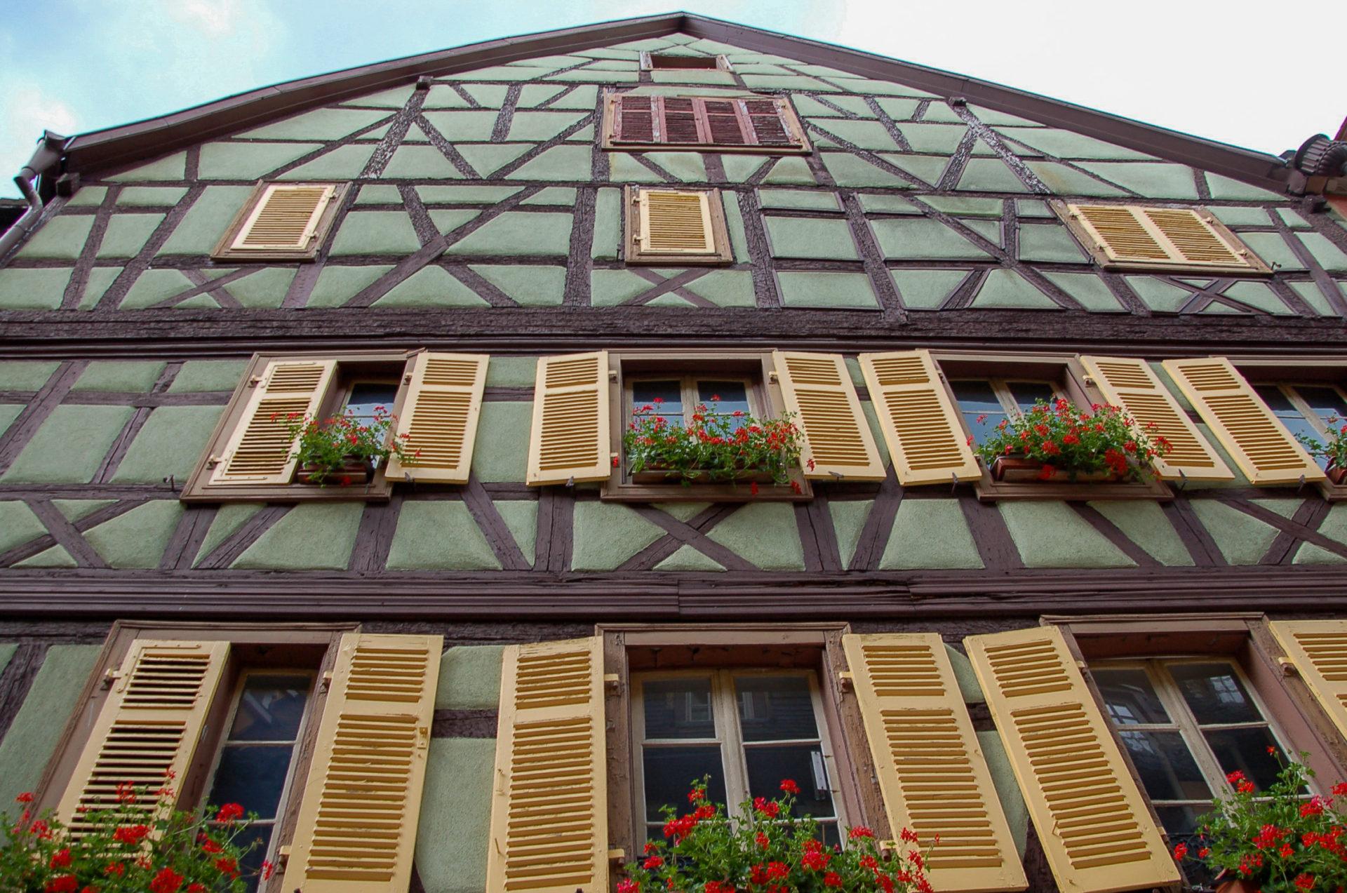 Fachwerkhaus mit Blumen im Fenster im Elsass