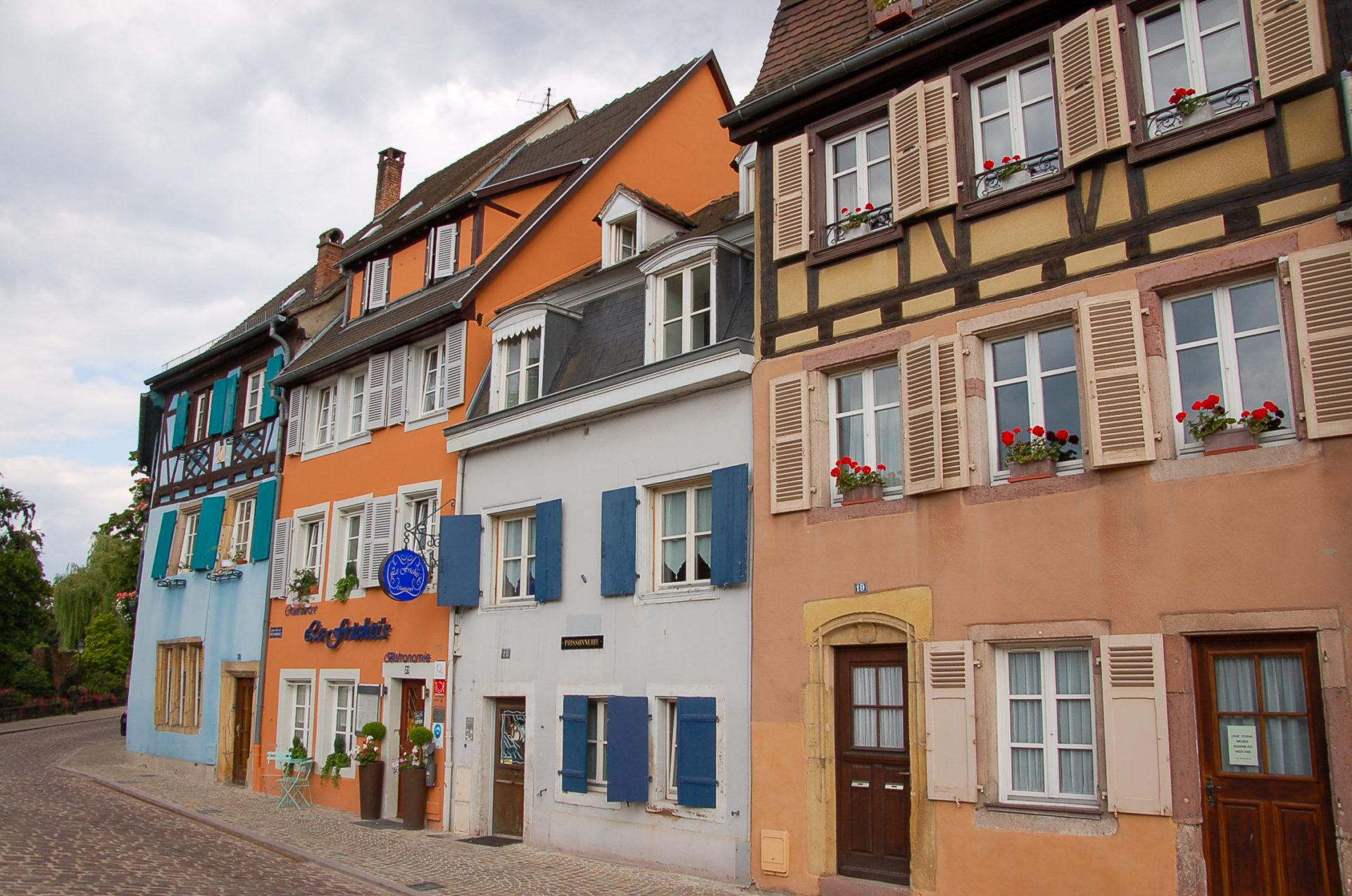Bunte Häuserfassaden ind er Altstadt von Colmar im Elsass