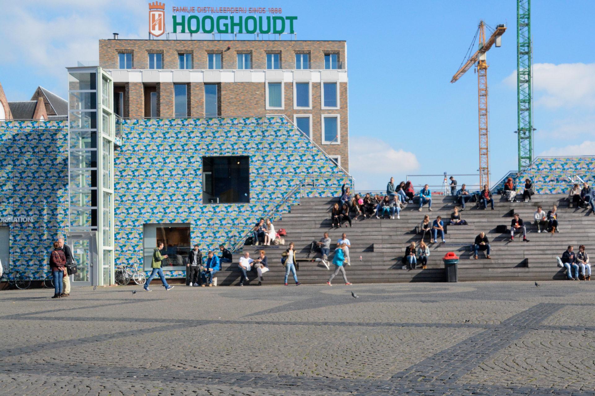 Treppe im Zentrum von Groningen mit Touristeninformation und Kran