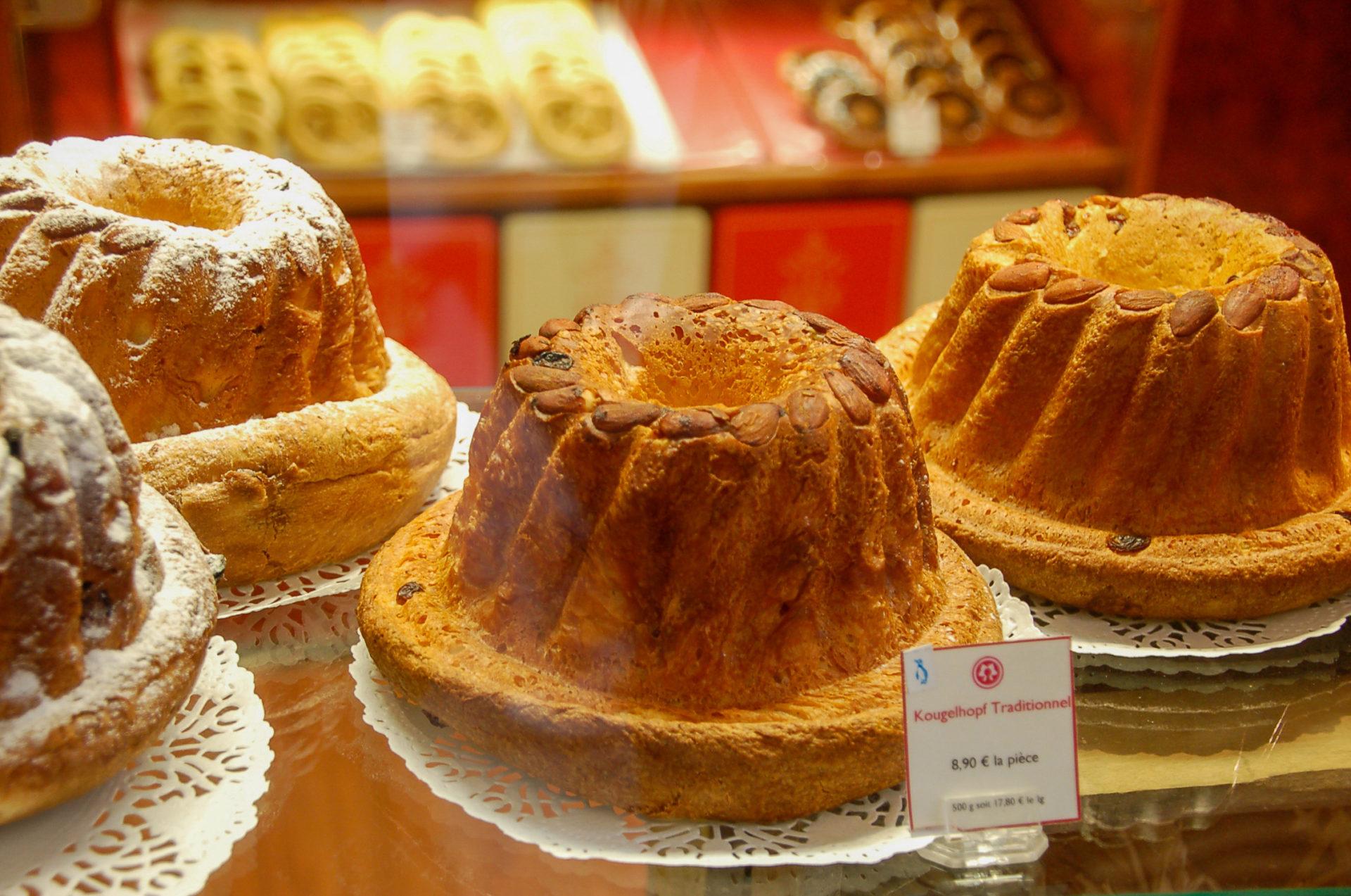 Guglhupf im Schaufenster eines Bäckers in Colmar