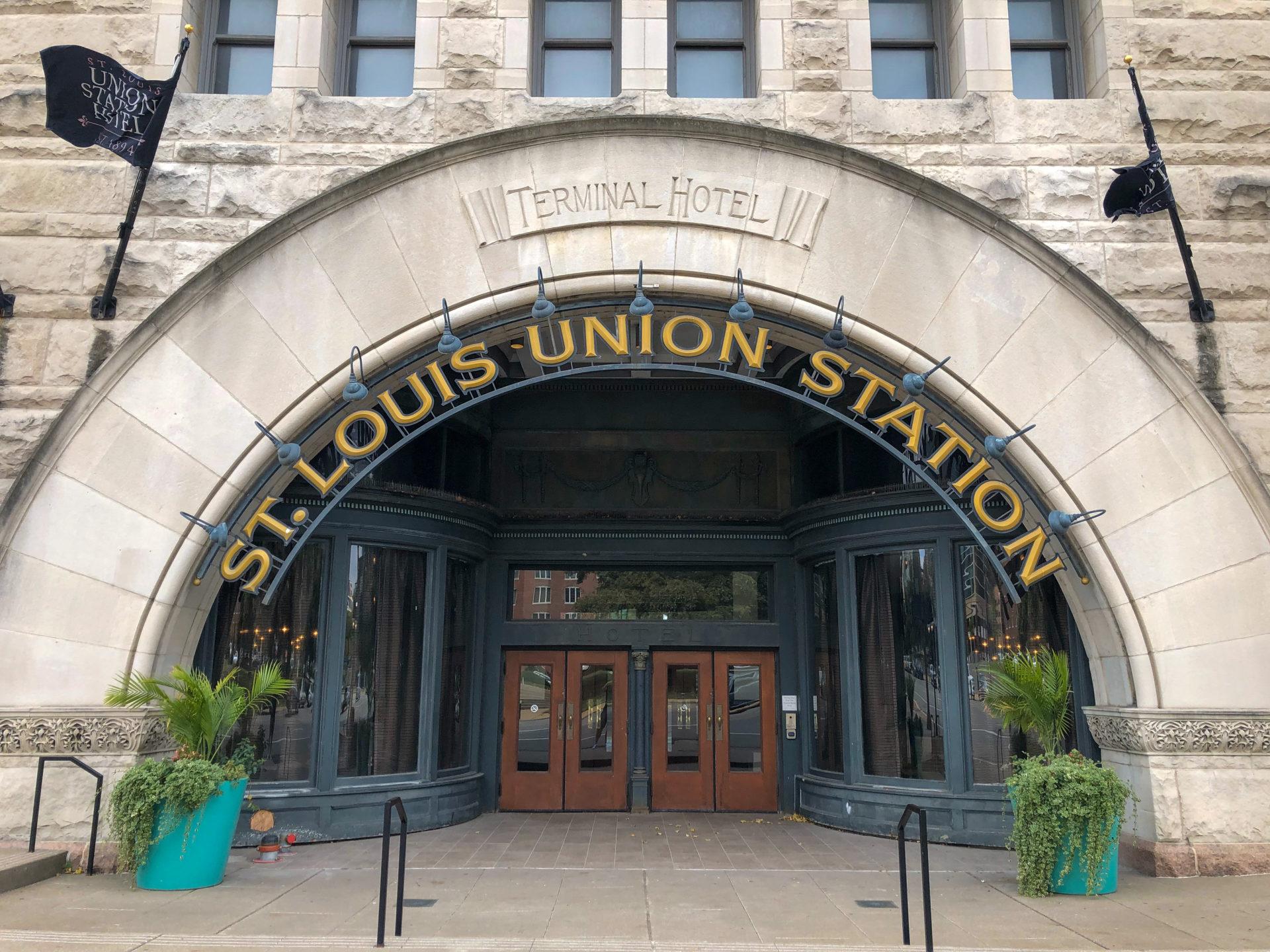 Eingang des Terminal Hotel in St. Louis mit Rundbogen